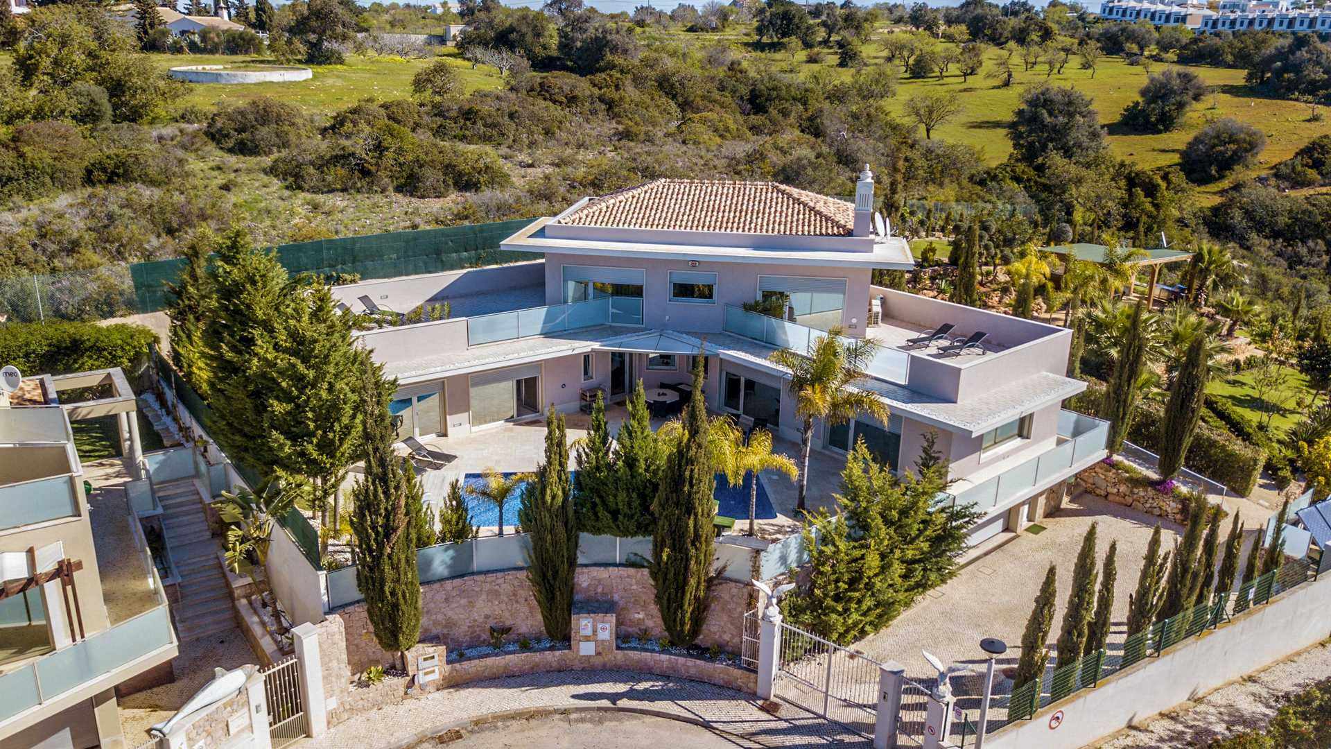 Immaculate very modern 4 Bedroom High Spec Villa with Sea Views, near Albufeira | VM1021 Modern 4 bedroom villa with saltwater pool and sea views. The villa is located less than 2km from beaches and only a few minutes from all amenities.