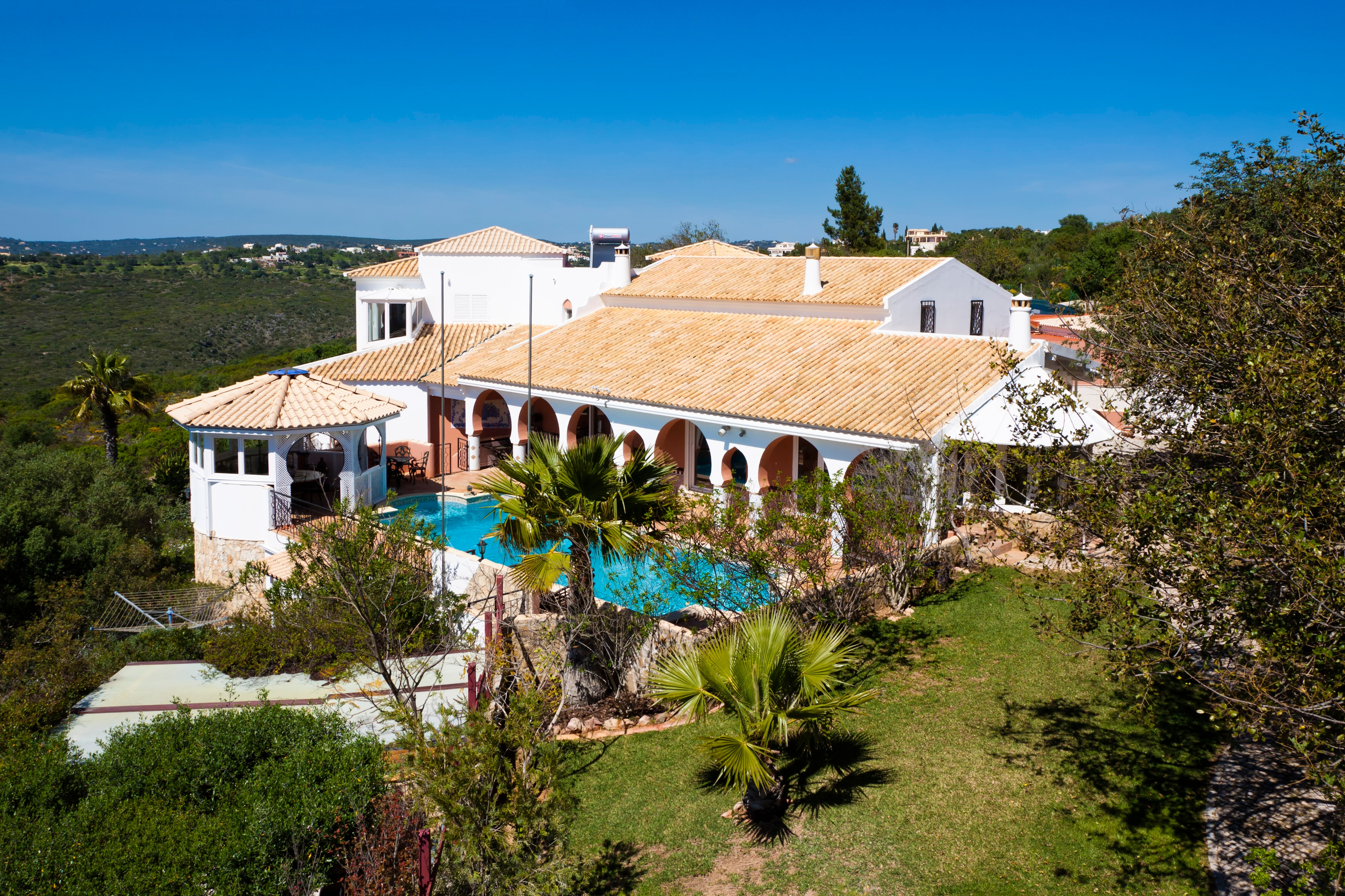 5 Bedroom Luxury Villa with Sea Views, Santa Bárbara Nexe | S1572 This 5 bedroom villa has a heated pool, jacuzzi, sauna and lovely sea views. It is located in Santa Bárbara de Nexe, close to all amenities and only a short drive to beaches.