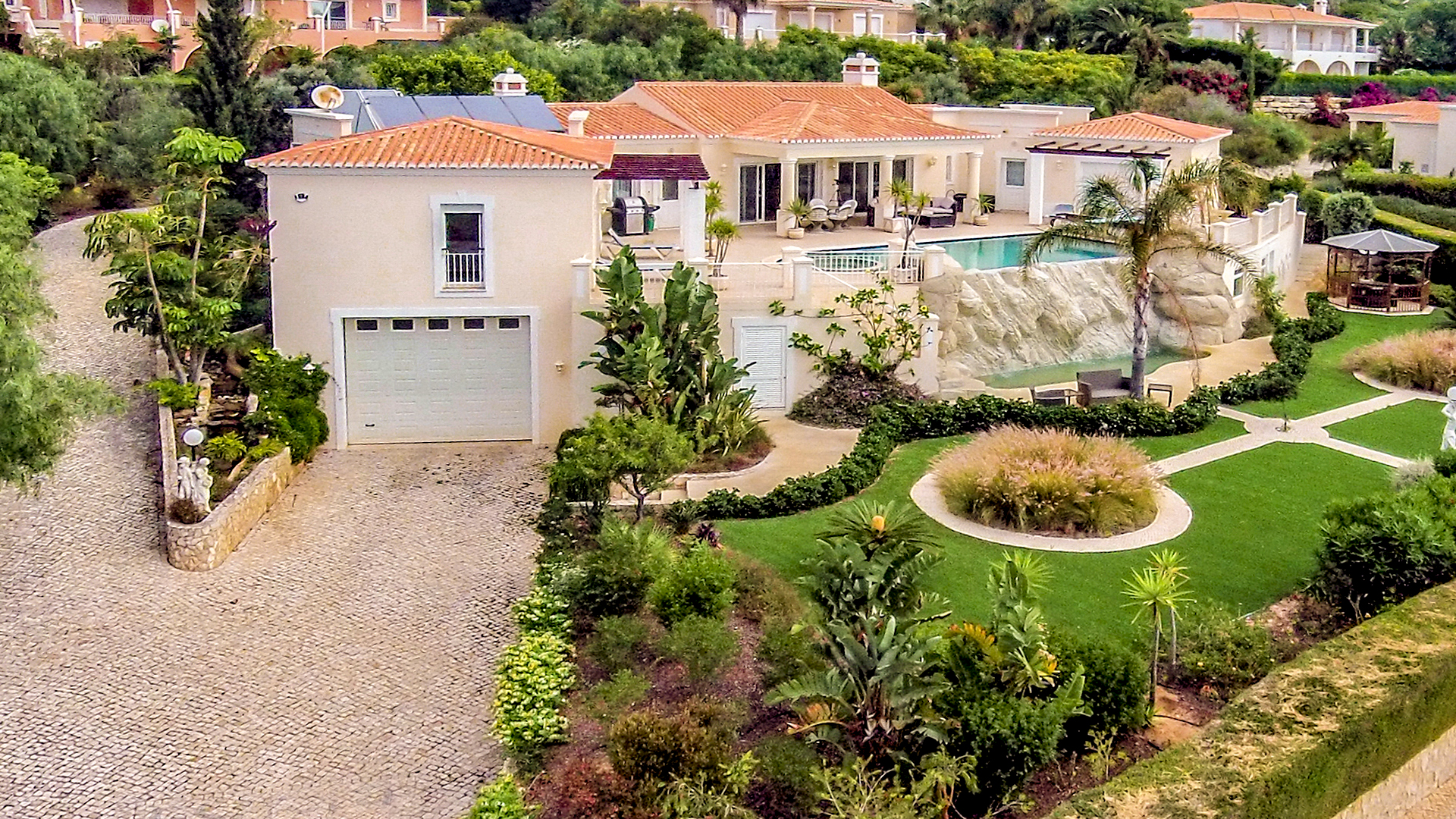 South facing, 3+1 bedroom villa 150m from the sea with privileged views, Nr Praia da Luz, West Algarve | LG1049 This spacious, modern villa is located in an elevated position near to the ocean and has been cleverly designed giving sea views from almost every room. Located not far from the beautiful beach town of Praia da Luz and with 5 minutes drive of Boavista Golf Course.
