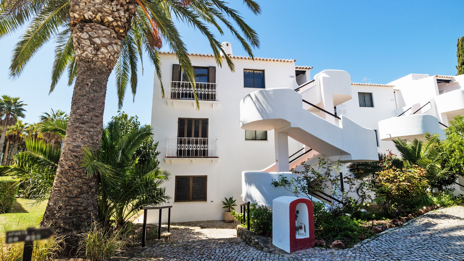 2 Bedroom Top Floor Apartment with Sea Views, Albufeira | VM1081 This top floor apartment has sea views and is just a few minutes walk to the nearest beach. With shops and restaurants nearby, this apartment makes a perfect rental investment