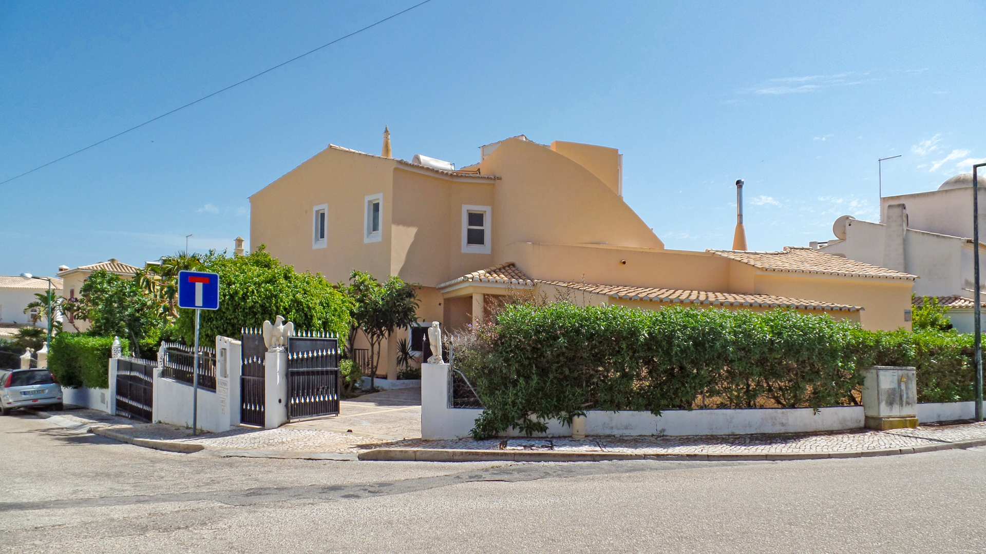 4 bedroom villa with private pool and sea views, Alvor, Portimão, West Algarve  | LG1130 Large, 4 bedroom villa with pool and sea views in a quiet urbanization, within 600m of the beach, between Alvor and Portimão. Next to Praia do Vau and Alto Golf, the property is well maintained and boasts many traditional Portuguese features. Ideal for permanent living or holidays in the Algarve!
