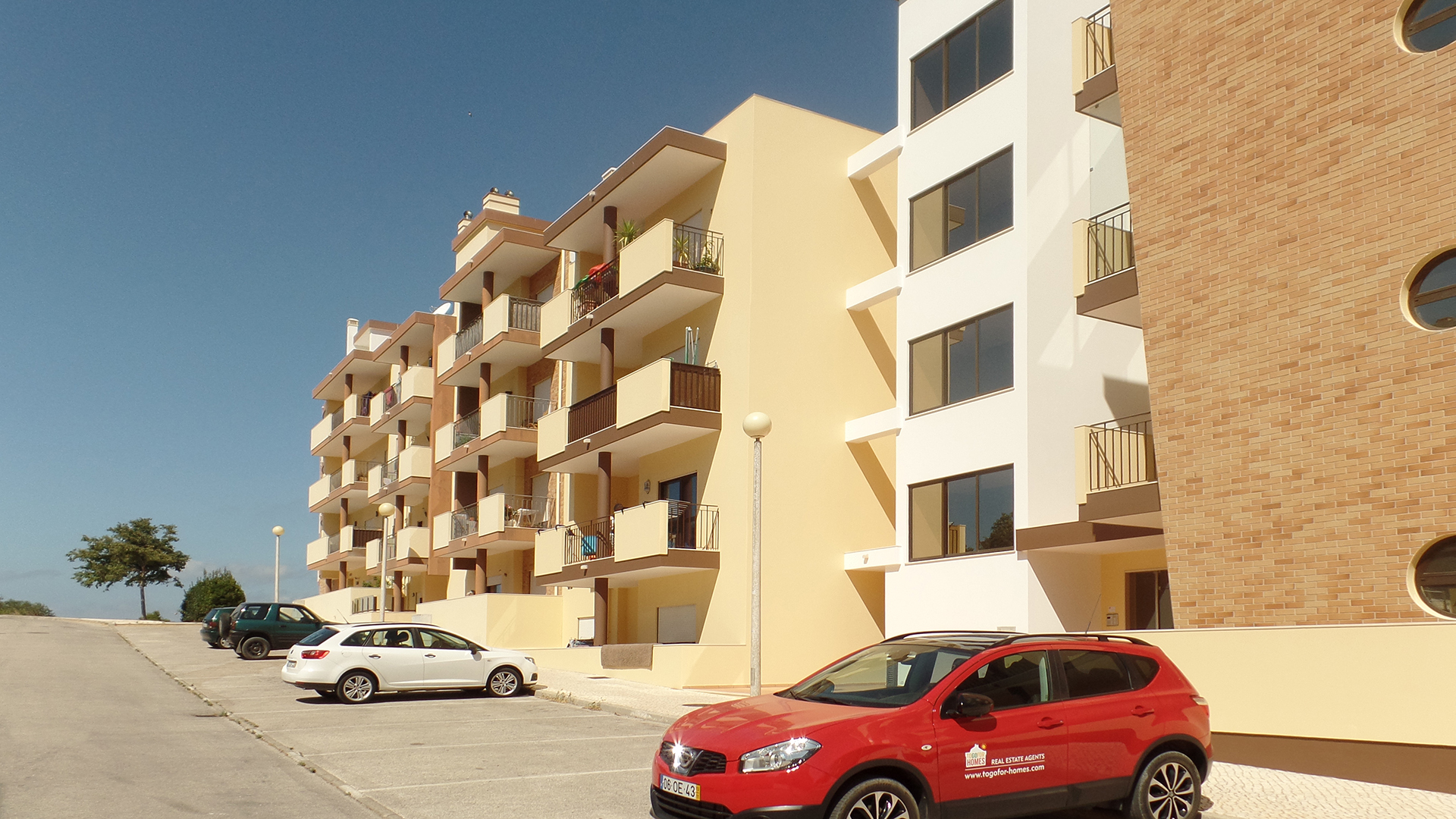 Immaculate 2 bedroom apartment with private parking, Porto de Mós, Lagos, West Algarve | LG1163 Two bedroom spacious apartment, in great location on the outskirts of Porto de Mós and less than 1km from the beach. The property comprises AC, central heating, two bedrooms with fitted wardrobes and two bathrooms - one of which is en-suite. Private parking space in underground garage. Ideal for holidays or permanent living due to its fabulous location.