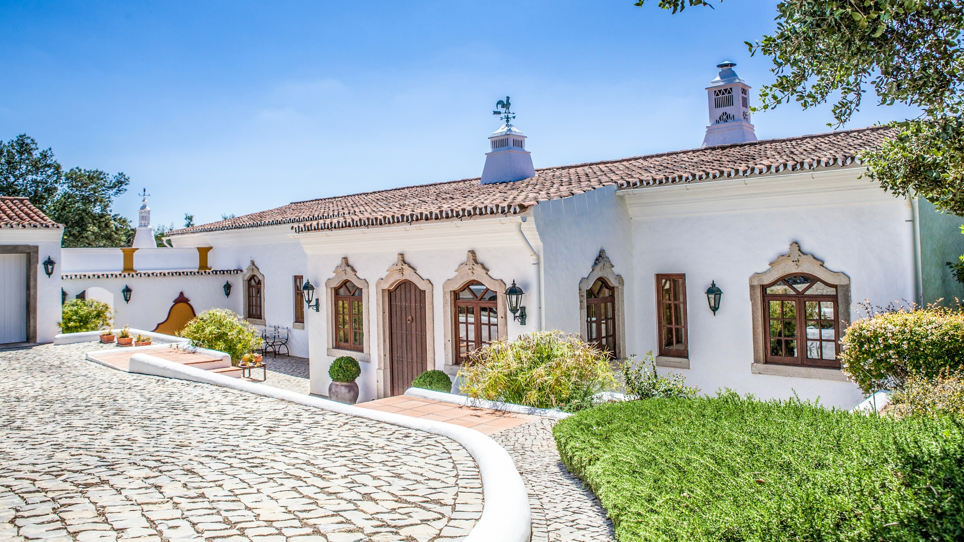 Charming Quinta Style Property with Pool in Goldra, near Loulé | PRB050 4 bedroom quinta with pool near Loulé. It has a big living area and plot, wonderful covered terraces and a great country-side view. A short drive from amenities and beaches.