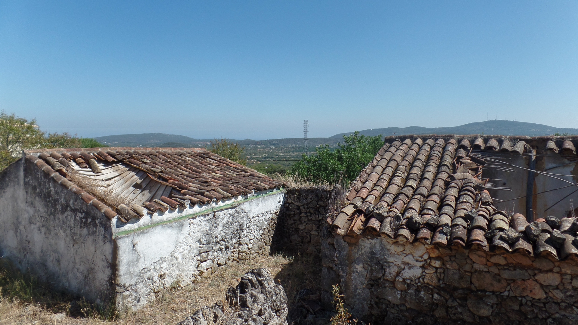 South facing ruin with mountain and partial sea views near São Brás | TV1174 Countryside setting but not isolated. Great potential to design and construct a single story house to buyers own style. Possibility to purchase surrounding land of 3000m². Located near São Brás.