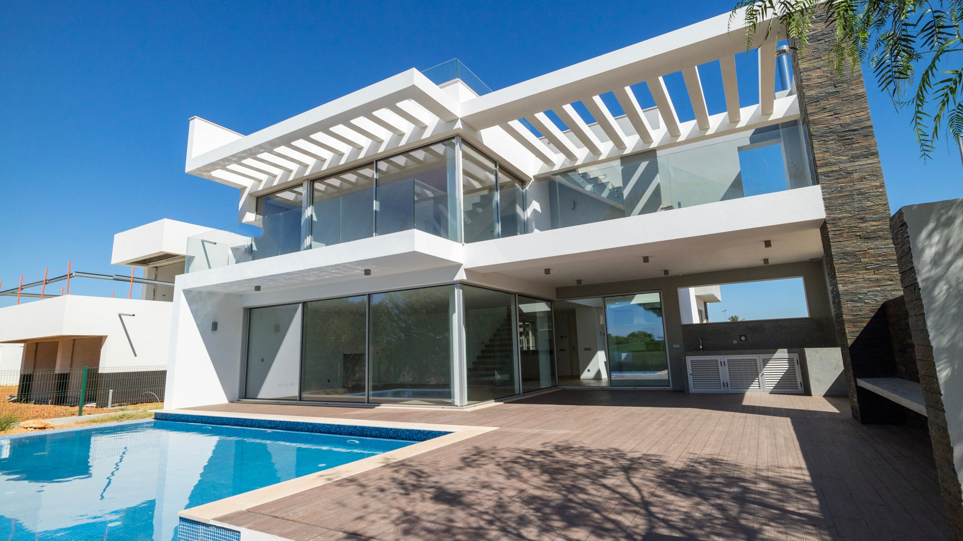 Exceptional Contemporary 4 Bedroom Villa with Front Line Golf Views, Vilamoura | VM1223 This modern and contemporary style villa located in Vilamoura has been finished to the highest standard with central air conditioning and heating, high specification finishes and golf front views.