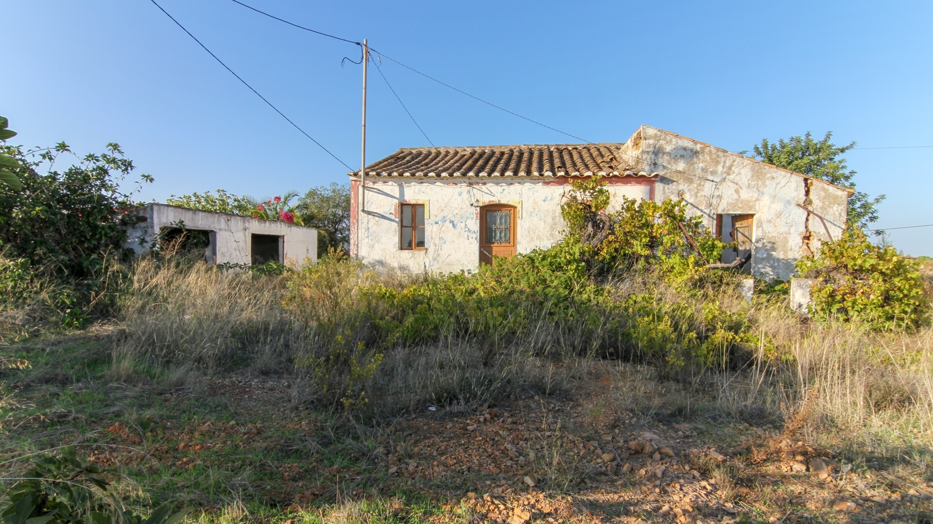 INVESTMENT - Old house to rebuild with large plot, next to Monte Rei Golf Course, Vila Nova de Cacela | TV1237 An old house on a plot of 13910 m², 11 km away from Tavira and Vila Real de Santo António, right at the entrance of Monte Rei Golf, is the ideal property for those who want to build a detached villa near Golf and only 6 km to the beach and the ocean.