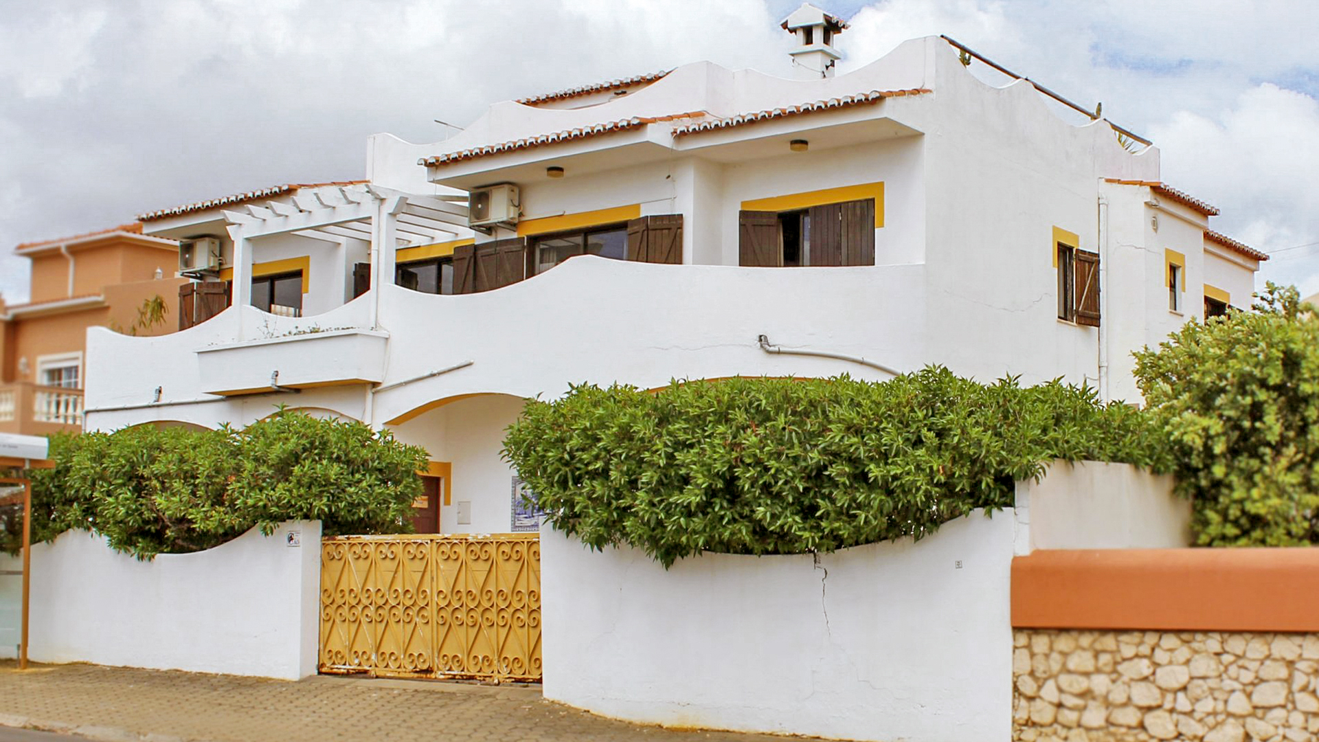 5+ bedroom villa-hostel with apartments, pool and roof terrace, Lagos, West Algarve | LG1239 This 2-storey detached property with roof terrace and private pool is in the historic town of Lagos. Close to fabulous beaches, a golf course, the award-winning marina and a huge selection of restaurants, cafes and bars. Currently a surf hostel, it comprises of a 3-bedroom main house plus converted ground floor accommodation providing 3 separate apartments. This fabulous investment opportunity makes great commercial sense as either a large family home, guesthouse or a combination of the two.