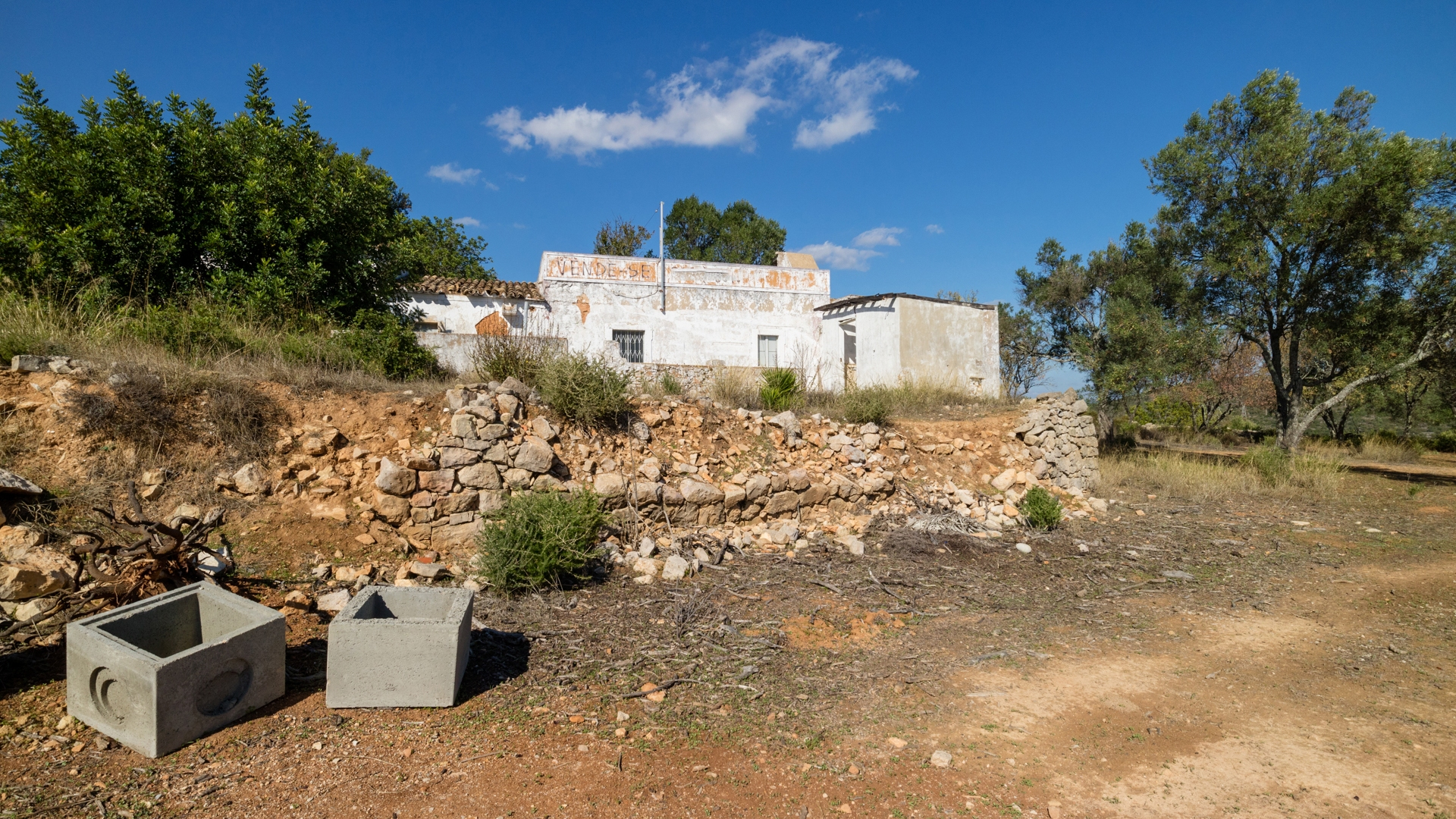 2 Plots with Building Allowance & Ruin with Panoramic & Sea Views, Loulé | VM1247 2 plots with permission to build with existing ruin, sea views and close to town.