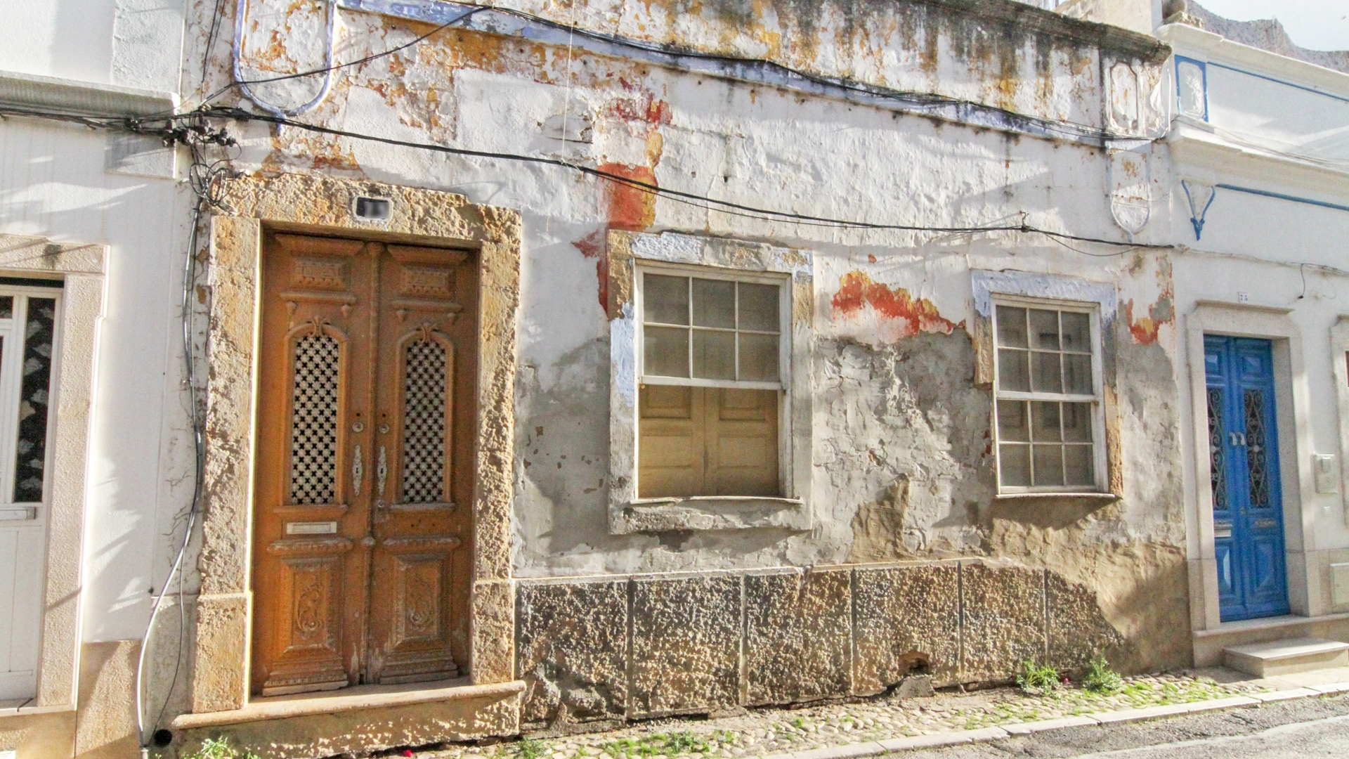 Large old house in the city to rebuild with outdoor space, Olhão | TV1251 A large old house to refurbish and with the possibility of enlargement, well located in the city of Olhão da Restauração. Close to the historical area, but without the mandatory rules that this area implies. Possibility of expansion for tourism project such as a hostel, Boutique Hotel or another type of local accommodation (Alojamento Local).
