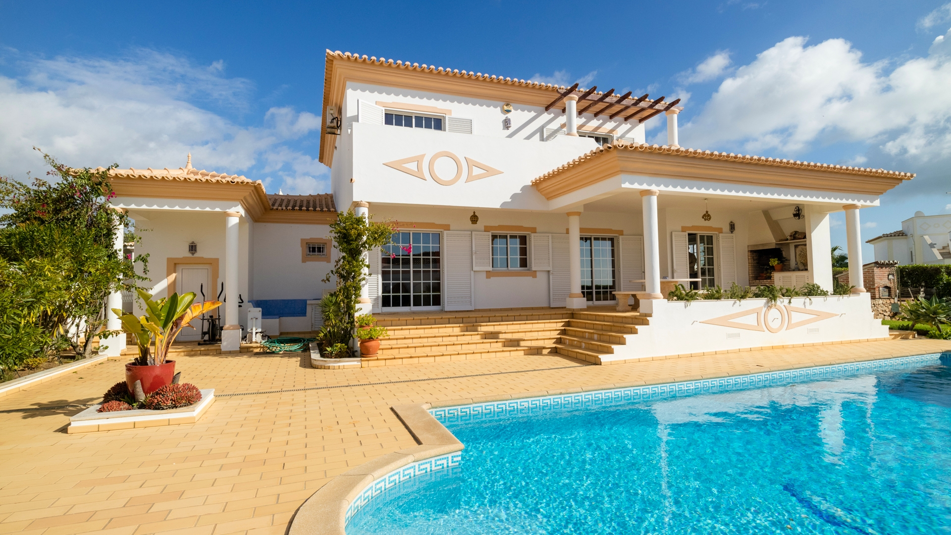 South Facing 4 Bedroom Villa with Sea Views, Albufeira | VM1278 This spacious villa has a large pool and sea views, it is close to amenities and would make a perfect investment property for holiday rentals.