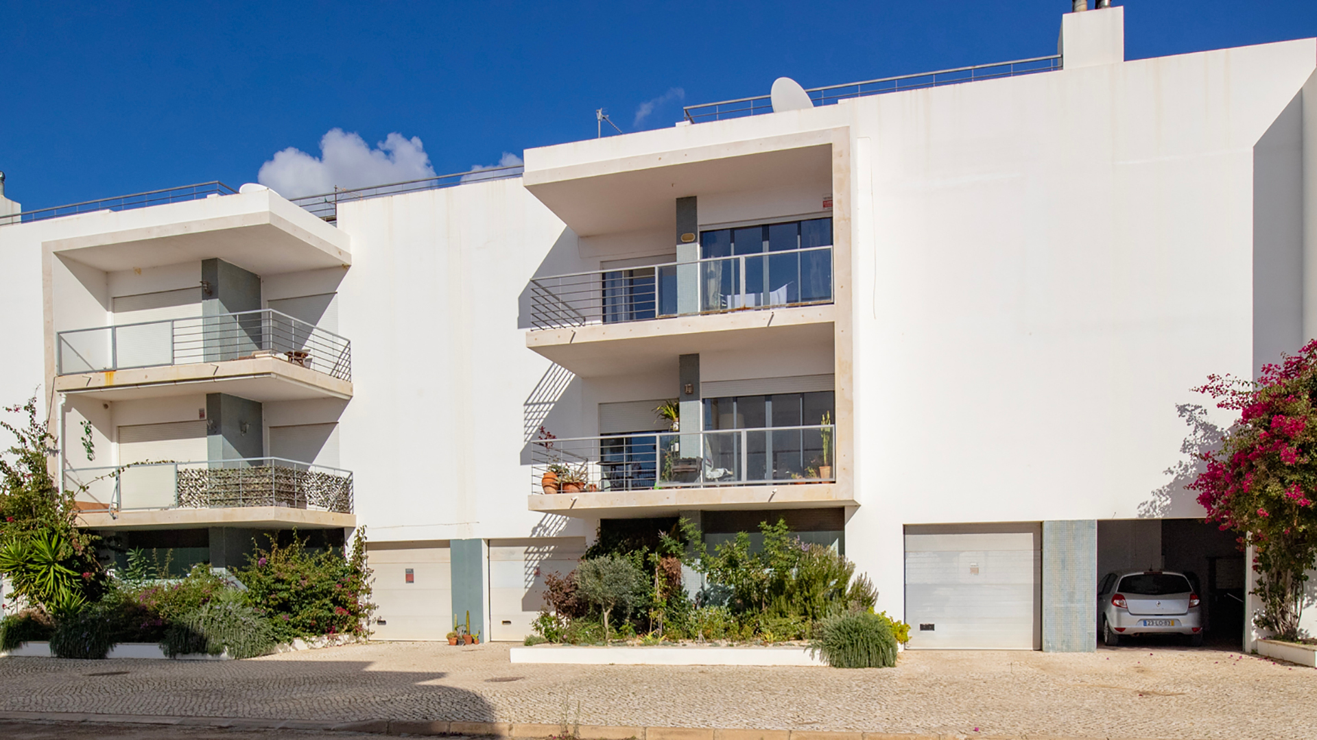 Immaculate 3-bedroom apartment with sea views, roof terrace and garage, Lagos, west Algarve | LG1281 Fantastic opportunity to purchase a south-facing 3-bedroom apartment with sea views, private garage and storage room within walking distance of the 5-Star award-winning marina and historic town centre of Lagos.