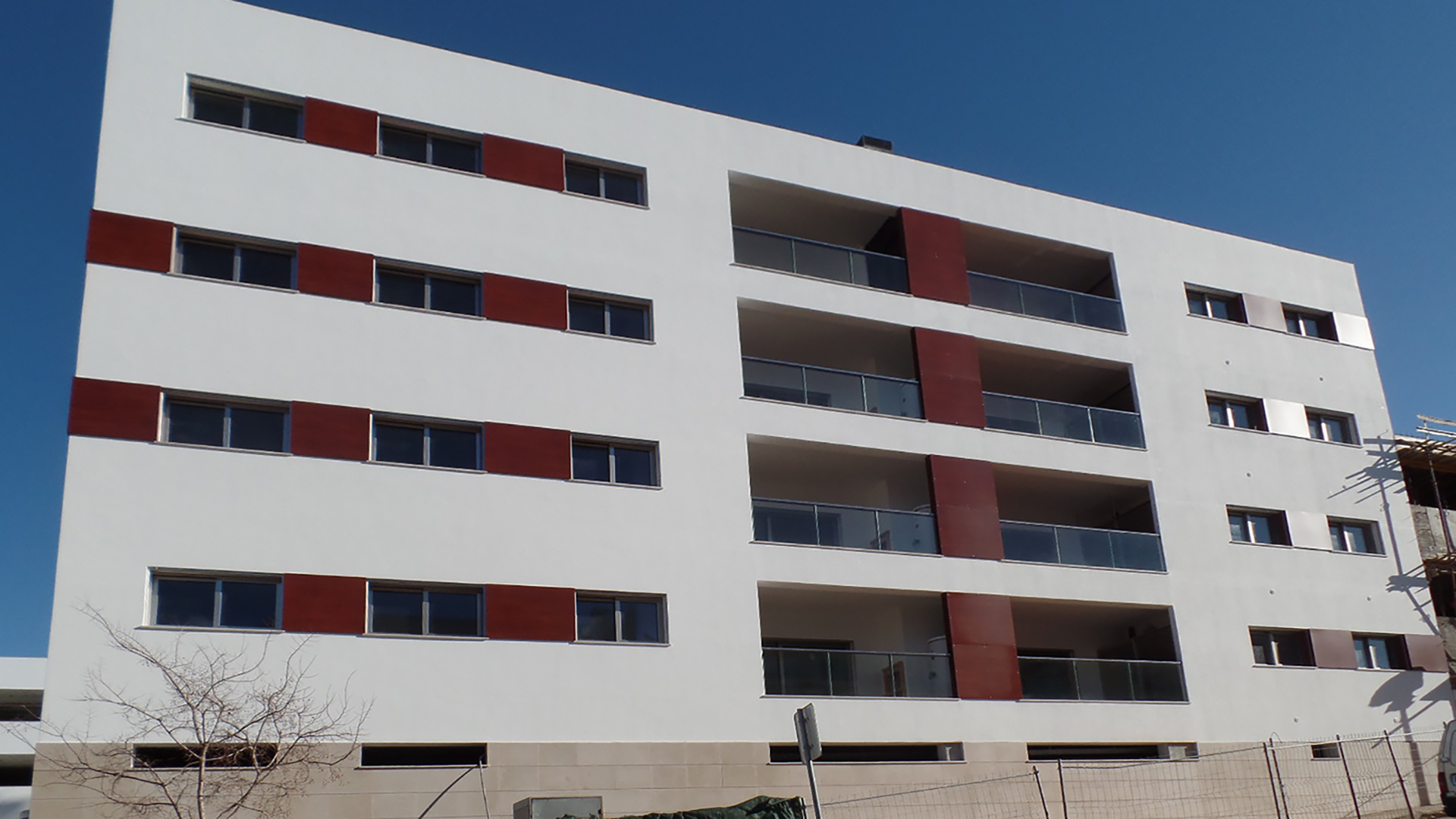 A selection of new 3 bedroom apartments with large terrace, Central Lagos, West Algarve | LG1294 This brand-new four storey building is built to very high specifications. Located in the center of Lagos, within walking distance of all amenities and in an urbanization of recently constructed buildings. Features include a large roof terrace with two communal Jacuzzis and shower with panoramic views of the city and marina. Ideal for use as a fulltime residence or rental property. Underground boxed garages and lockable storage room