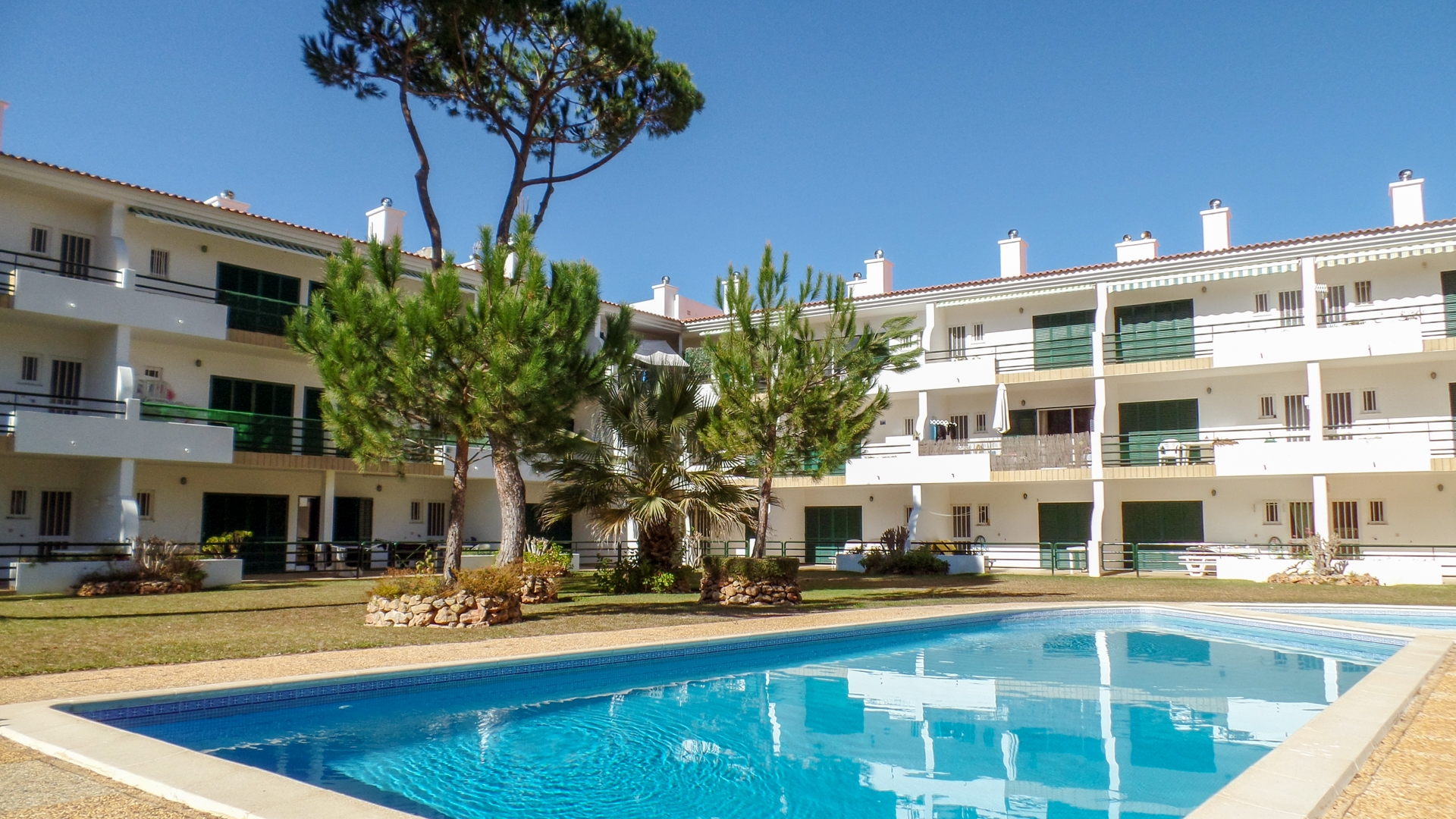 3 bedroom 2 bathroom apartment with pool and garage in Vilamoura | VM1358 Ground floor 3 bedroom 2 bathroom apartment with fireplace, terrace, underground garage and communal swimming pool, located in a quiet urbanization close to all amenities, in Vilamoura.