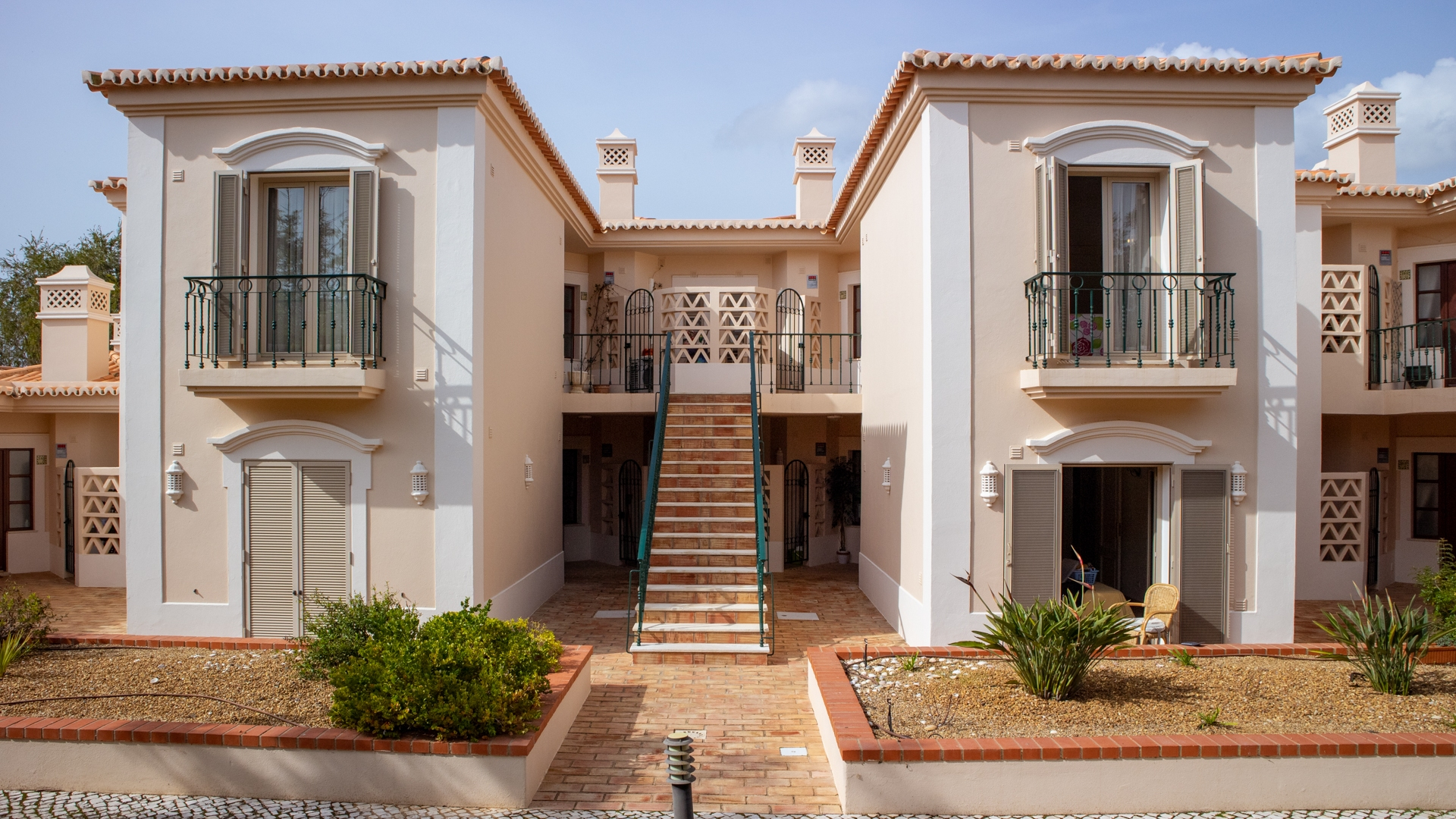 2 bedroom apartment with communal pool located on golf resort, near Carvoeiro | PCG1368 Two bedrooms two bathrooms apartment with spacious balcony with nice views, golf privileges and green areas. Located in Gramacho golf, near Carvoeiro.