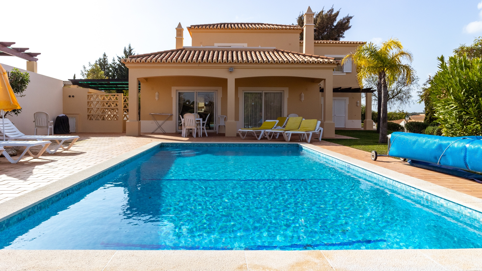 4 bedroom villa with heated private pool located on golf resort, near Carvoeiro | PCG1371 Four bedrooms three bathroom villa with large private pool and garden. Golf privileges and resort facilities, located in Gramacho golf, near Carvoeiro.