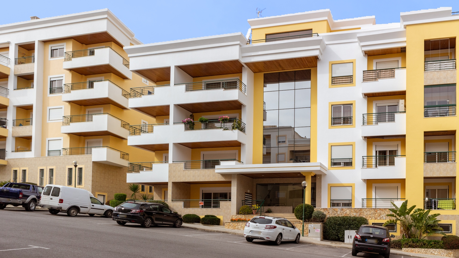 3 bedroom apartment with garage in Lagos | LG1375 Spacious 3 bedroom apartment with large terraces and garage with lockable storage room, set on a quiet urbanization walking distance to Lagos.