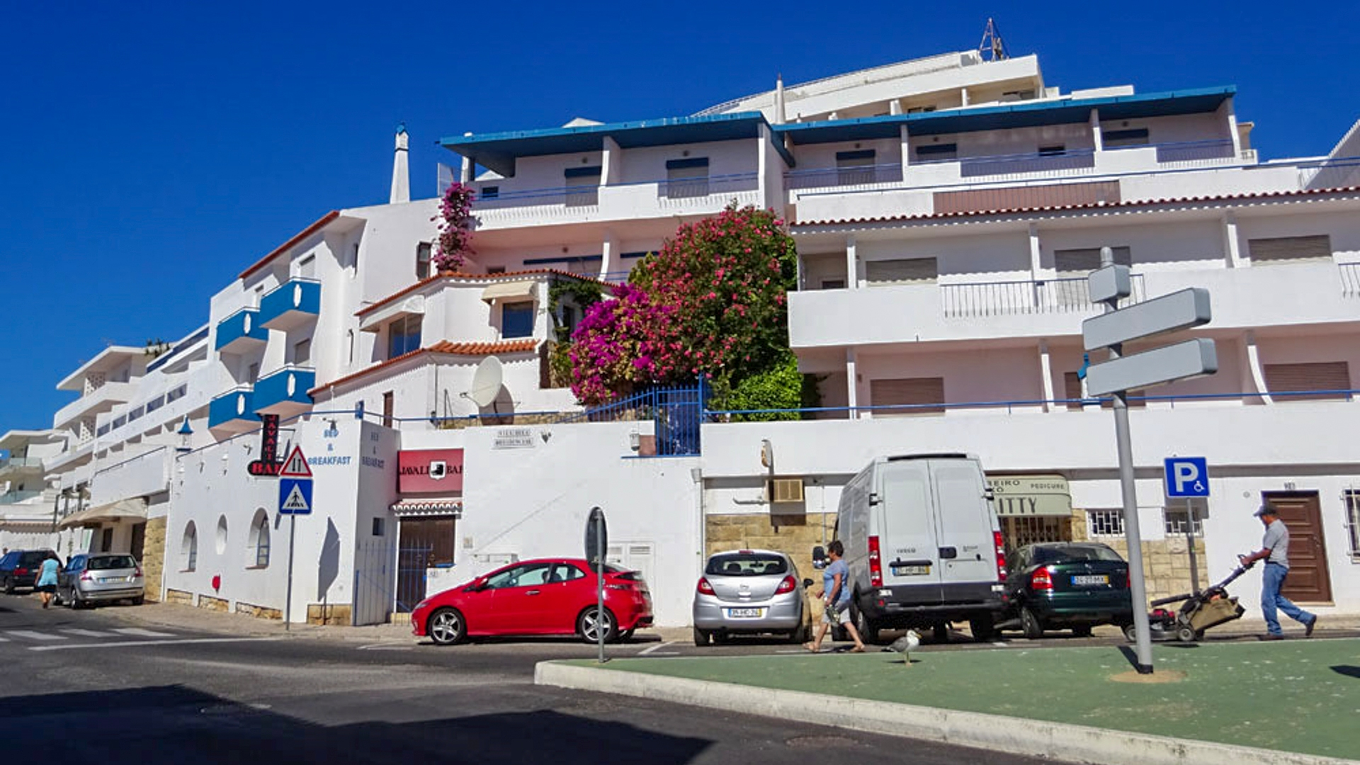 Business opportunity: Family Boutique Hotel near Beach with Sea views, Albufeira | PMR262 Bed & Breakfast with a good reputation ran by the same family for many years, overlooking Albufeira Bay and located within walking distance to beaches, shops, bars and restaurants.