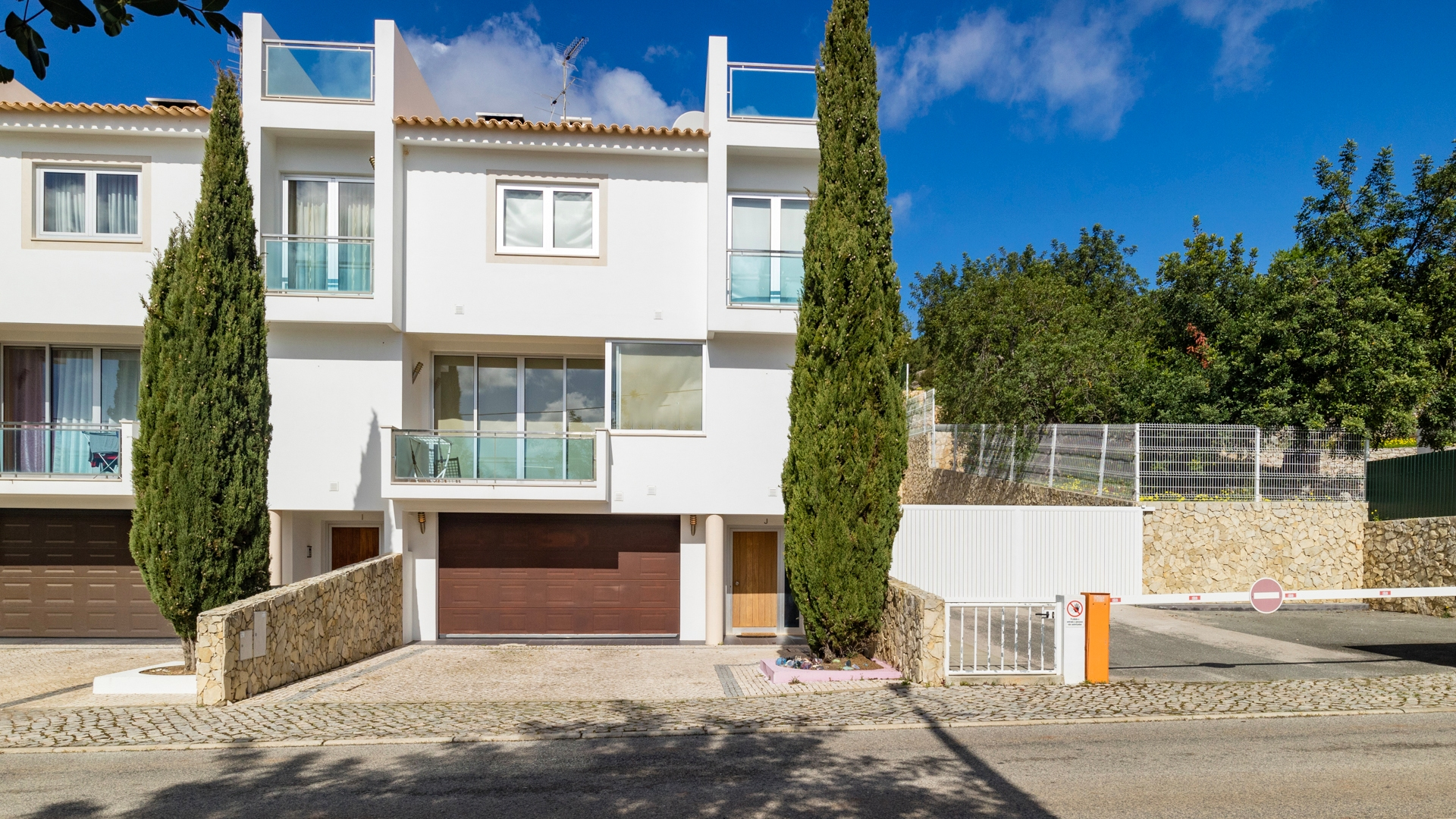 Modern 3 Bedroom Linked Villa with Panoramic Sea and Countryside Views, near Boliqueime | VM1386 This fantastic 3 bedroom townhouse is located in a secure condominium near Boliqueime and Loulé, close to all amenities and is less than 20 min drive from the famous Vilamoura Marina. There is a large communal pool, children's pool and landscaped garden with panoramic views of the hills and the ocean. Built to the highest specification with quality materials, this house would be a perfect holiday home or permanent residence.
