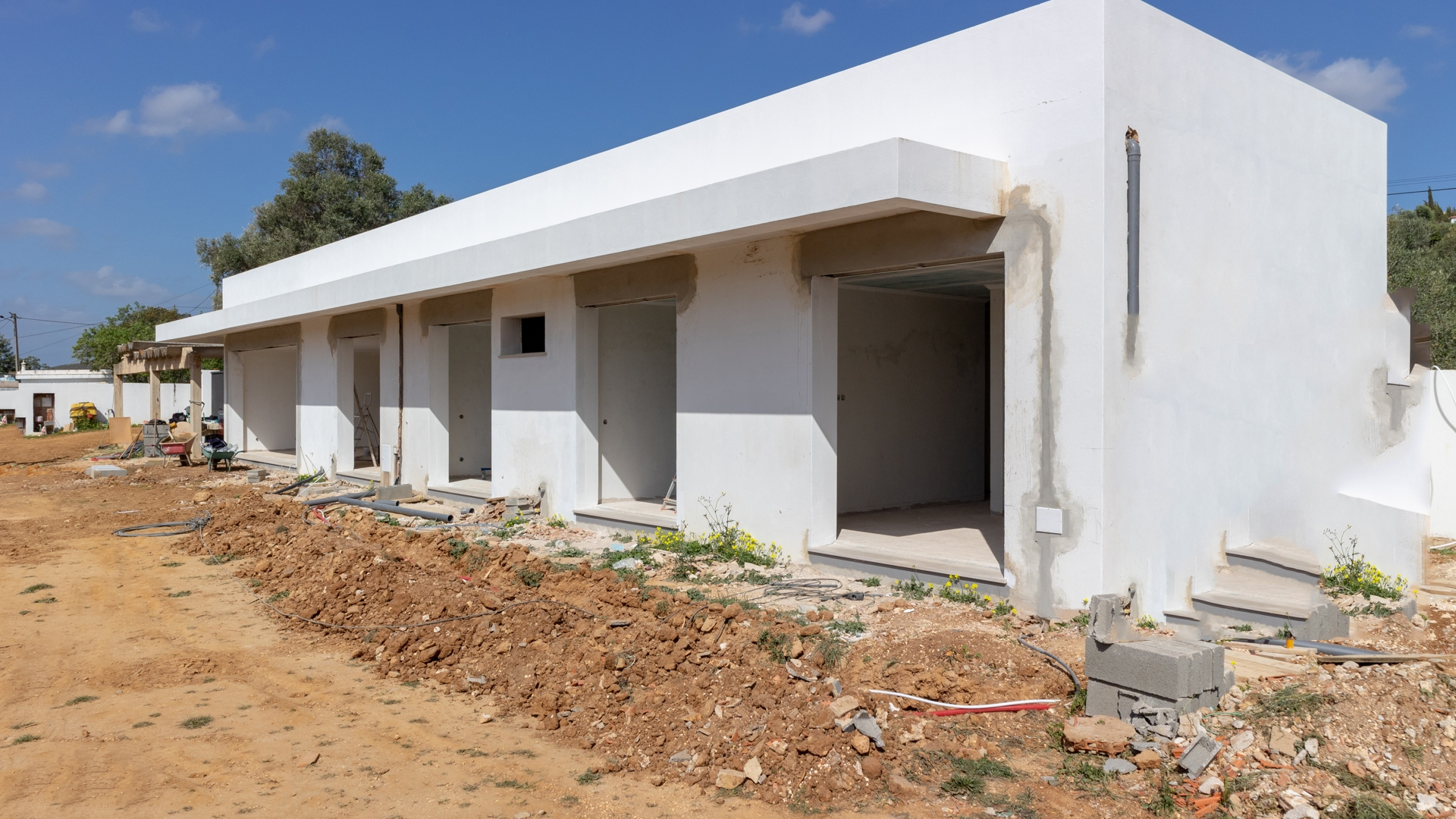 Brand New South Facing 3 bedroom Country Villa in Mexilhoeira Grande | LG1418 Brand new 3 bedroom 3 bathroom villa with big garden and possibility to construct a swimming pool or extend building further, in Mexilhoeira Grande.