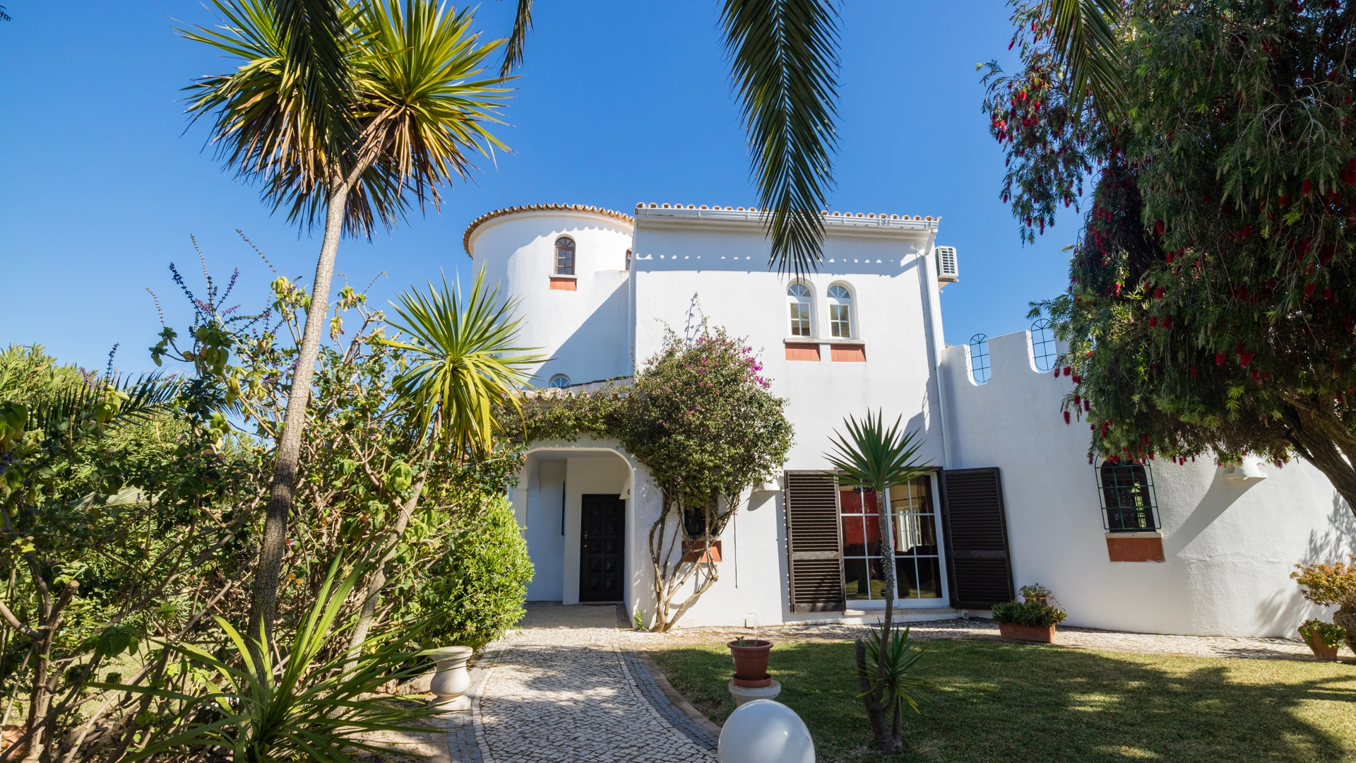 REDUCED BY 30% FOR A QUICK SALE! 6 Bedroom Villa with Pool near Beaches, Albufeira | VM1436