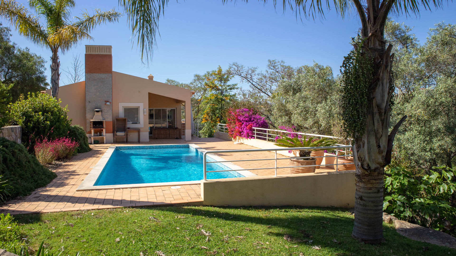 Three Bedroom Villa with private pool in Lagoa | PCG1452 Villa with 3 bedrooms and 4 bathrooms. Has its own private pool, set in mature gardens. Property has carport and driveway parking.