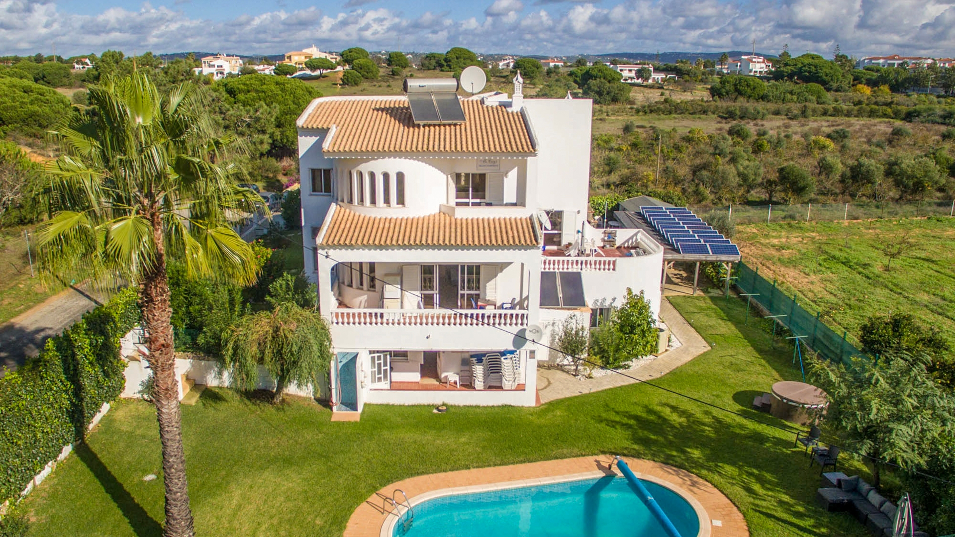 6 Bedroom Villa Close to the Beach, Olhos de Água, Albufeira | VM1453 This spacious property is in a quiet location situated very close to all amenities and only 15 minutes' walk from the picturesque Beach at Olhos de Água. This is a great opportunity to purchase a fully running and successful business with private accommodation.