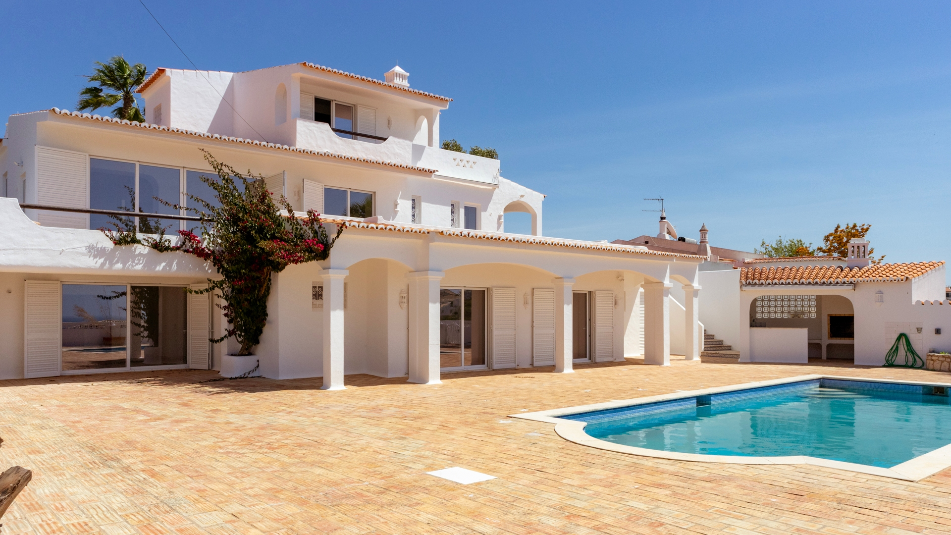 4 Bedroom Villa with Pool and Sea Views from all rooms, Carvoeiro | VM1462 This villa with 4 en-suite bedrooms is located in an elevated position with views over Carvoeiro and to the sea. The old fishing village with beach, cafes, restaurants and all amenities is only 300 m far.