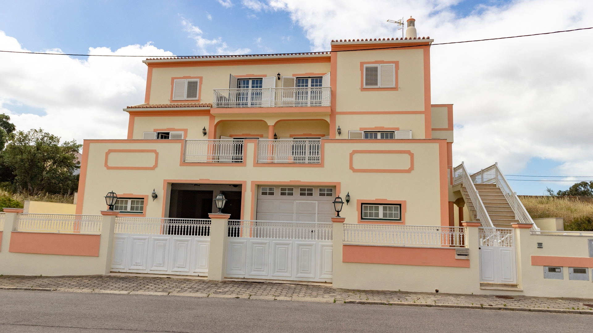 4 Bedroom Villa with T2 apartment close to centre of Algoz | VM1463 Peacefully located villa for large family with possible rental potential within walking distance of all amenities including fitness club and outdoor leisure pool. Lovely views to the hills.