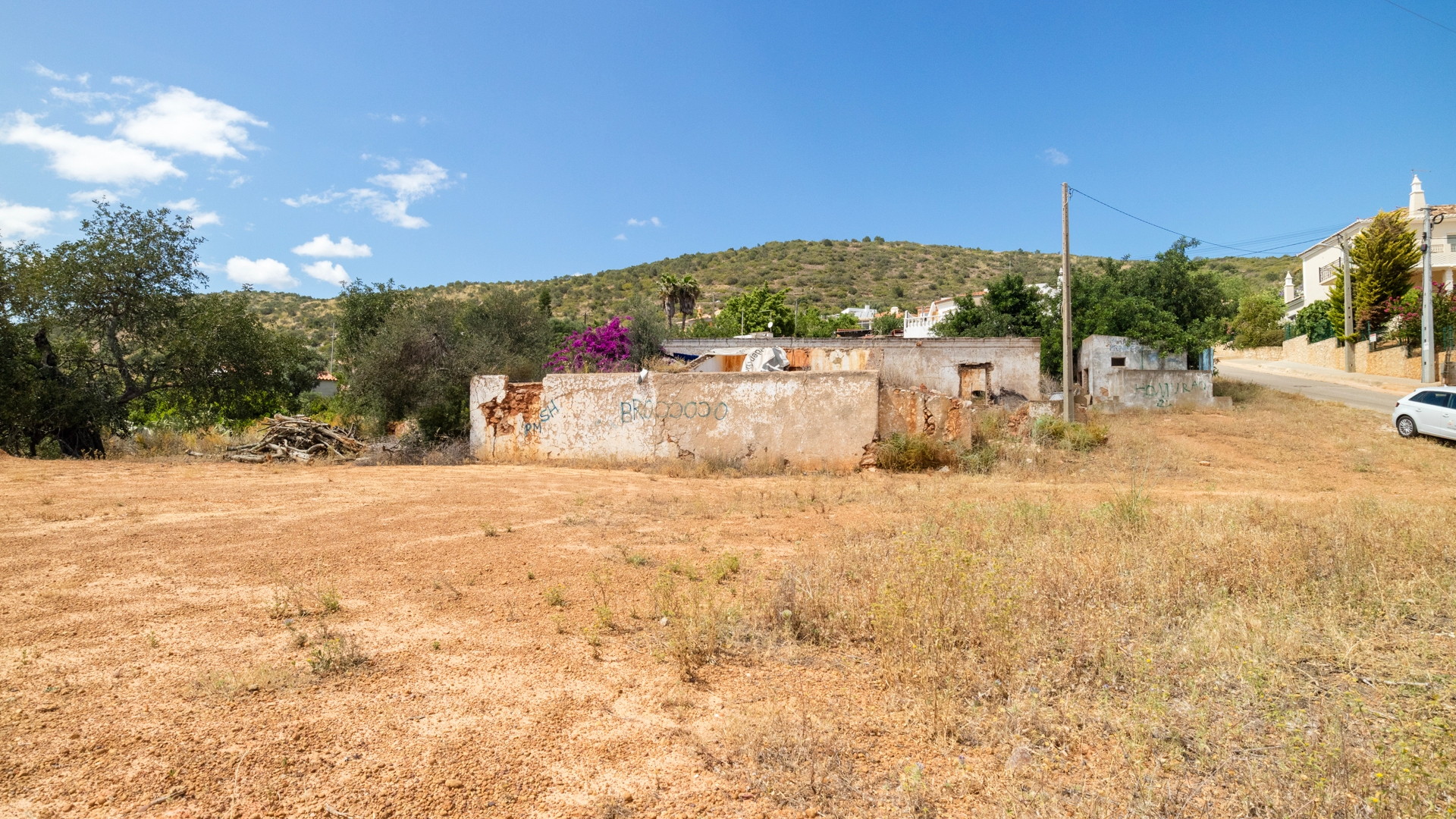 Plot with Approved Project for 5 Villas + Pools with Sea Views near Almancil | VM1474 This plot with ruin has permission and plans for 3 linked town houses and 2 semi-detached villas each with private pools and sea views. Close to amenities with easy access.