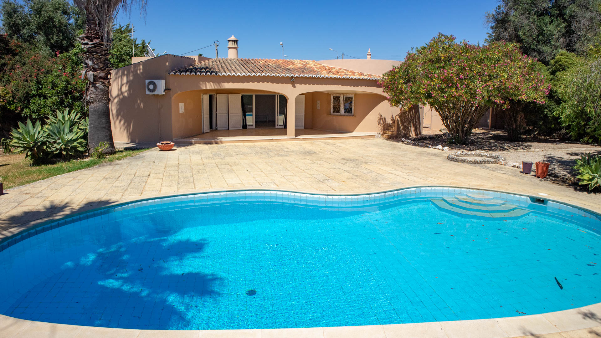 3 bedroom villa with 2 bedroom annex and pool to restore in Carvoeiro | VM1479 3 bedroom villa with attached 2 bedroom annex set on a large plot with private swimming pool. Walking distance to two beaches and town.