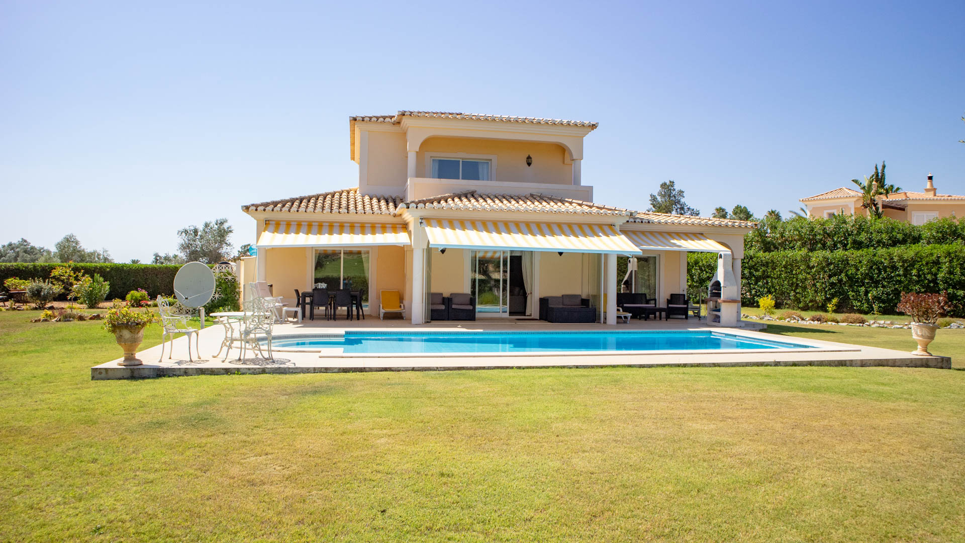 3 Bedroom Villa with private pool on Golf near Carvoeiro | PCG1490 An immaculate villa on a golf course, with 3 bedrooms, remodelled kitchen, abundant terracing and suitable for all-year round living. Complete with swimming pool, landscaped gardens and close proximity to all nearby golf facilities.