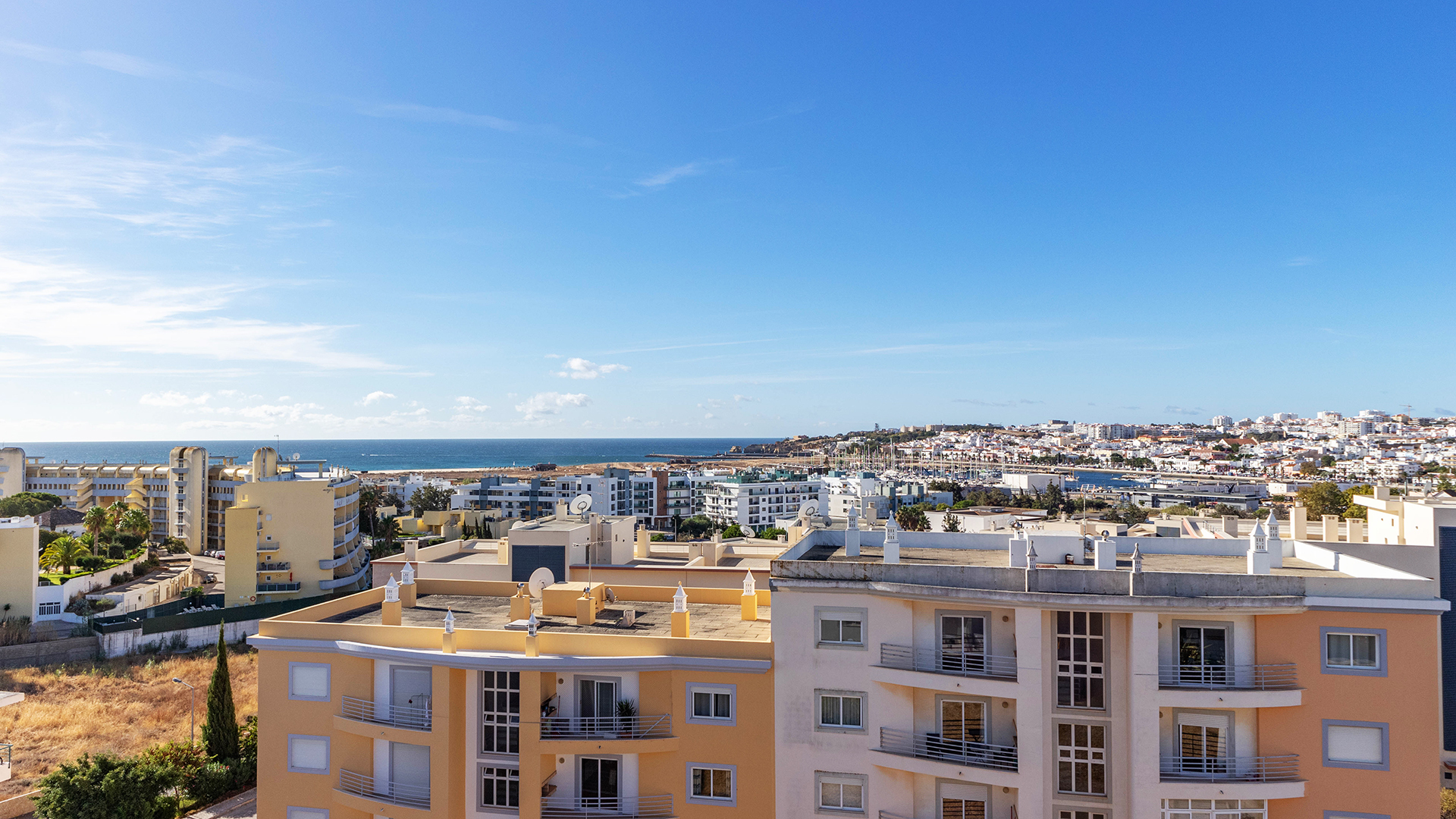 Immaculate 3 bedroom apartment with sea views, Lagos, West Algarve | LG1539 This second floor, 3 bedroom apartment is located in a quiet, sought-after area not far from Lagos marina. With communal roof terrace and proximity to the beach, this apartment maximises the Algarve weather and is only a short walk from local amenities and the historic centre of Lagos, making it perfect for both residence or holidays.