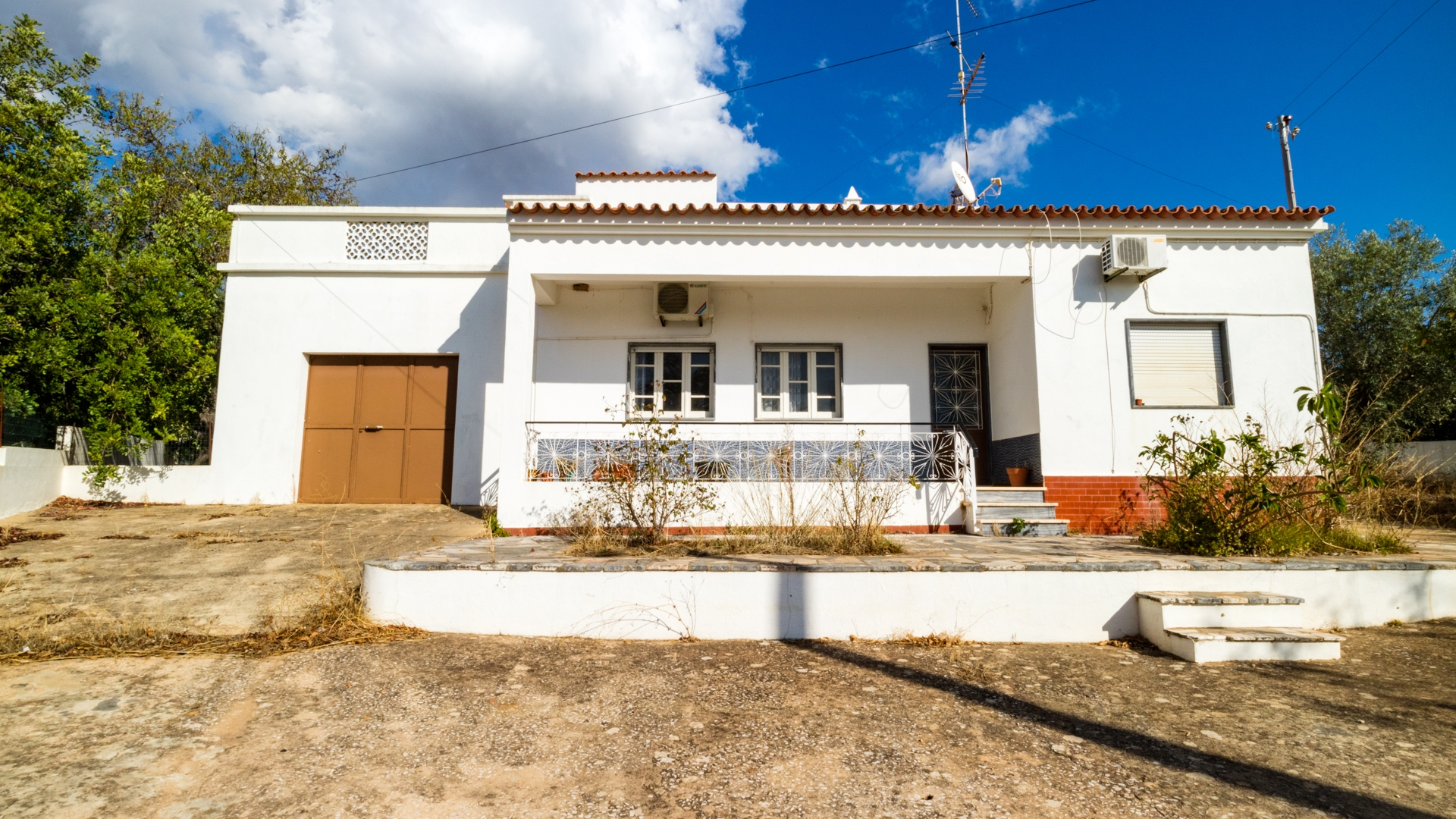 Renovation Project: 3 Bedroom House with Annex and Warehouse near Santa Bárbara de Nexe | VM1560 This detached house is located on a quite road just a few minutes' drive to Santa Barbara. A great potential to convert into a large family home or rental investment.