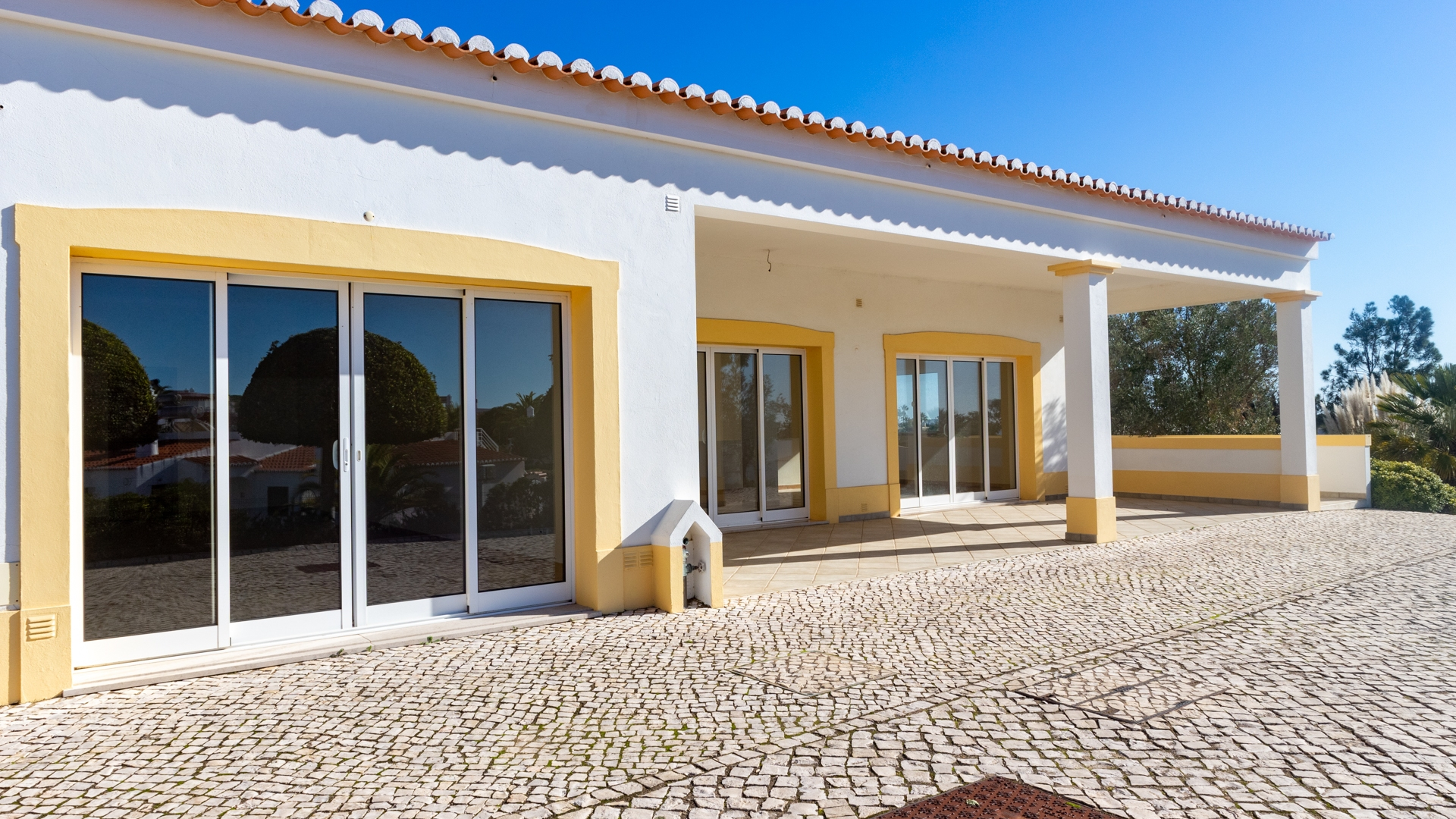 Commercial property for sale, restaurant, shop or beauticians in Vale do Milho, Carvoeiro | VM1581 The property is located on the popular golf resort of Vale do Milho and has the advantage of a flexible commercial licence. For example, a Restaurant, Shop or Beauticians, this is an ideal opportunity to start a fresh business.