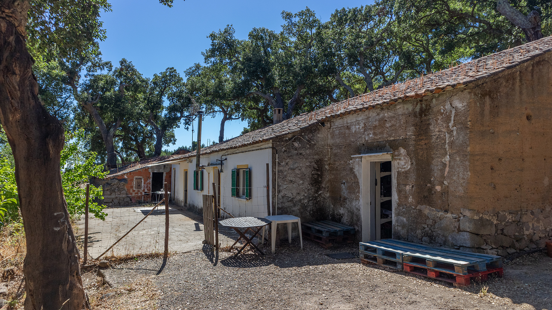 Old House on Large Plot with Organic Produce and Sea Views, Marmelete | LG1668 Here is a wonderful opportunity to renovate or rebuild in a tranquil and scenic area with an option to continue the production of certified organic fruit and vegetables or possibly create a rural tourism retreat which should be a simple process as the land is not within the environmental reserves.