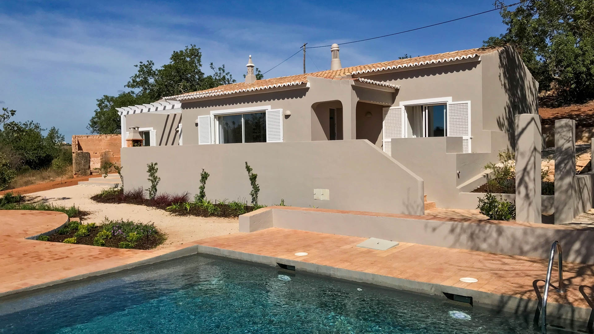 Modern 2+1 bedroom single storey cottage with pool on the golf course, near Carvoeiro | PCG1755 This newly built Portuguese style cottage is located near the Gramacho Golf Course and just a stone's throw from the idyllic fishing village of Ferragudo with restaurants, cafes and shops.