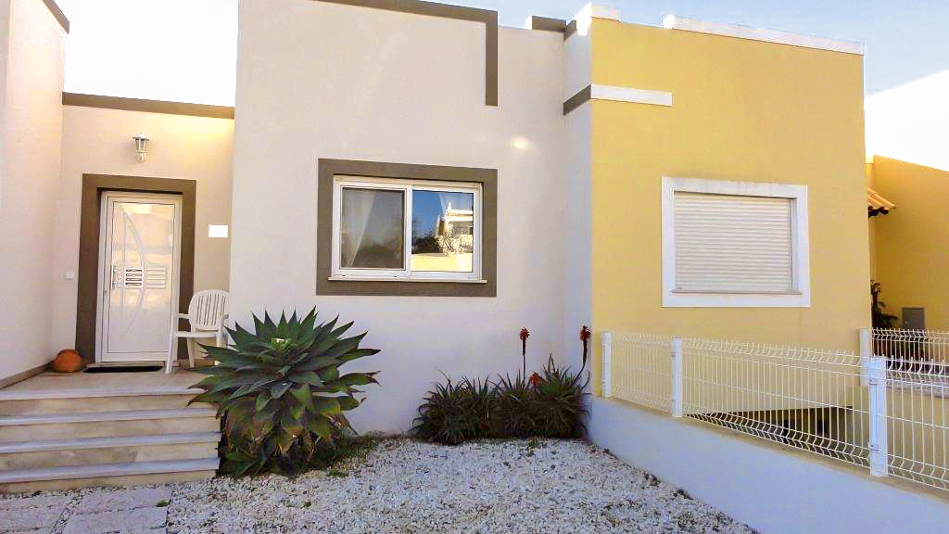 4 Bedroom Modern Linked Villa in Algoz | VM187 This modern 4 bedroom villa has a swimming pool and a roof terrace. It is located in Algoz, close to amenities and golf, and only a short drive to several beaches.