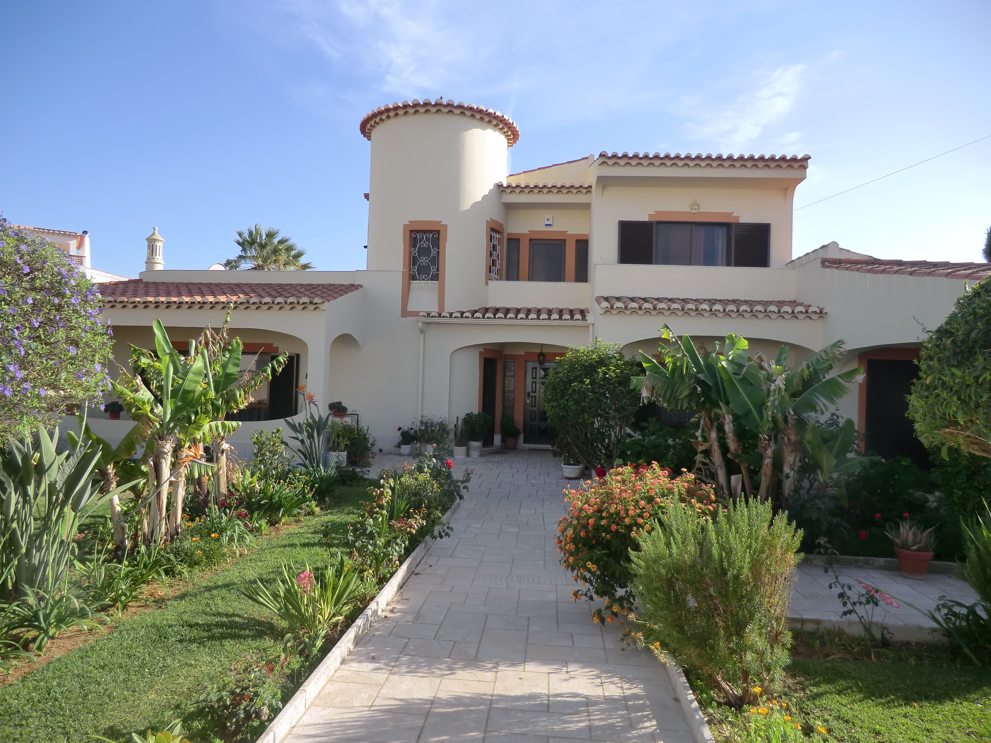 traditional, spacious villa on a great sized plot near to praia da luz, west algarve