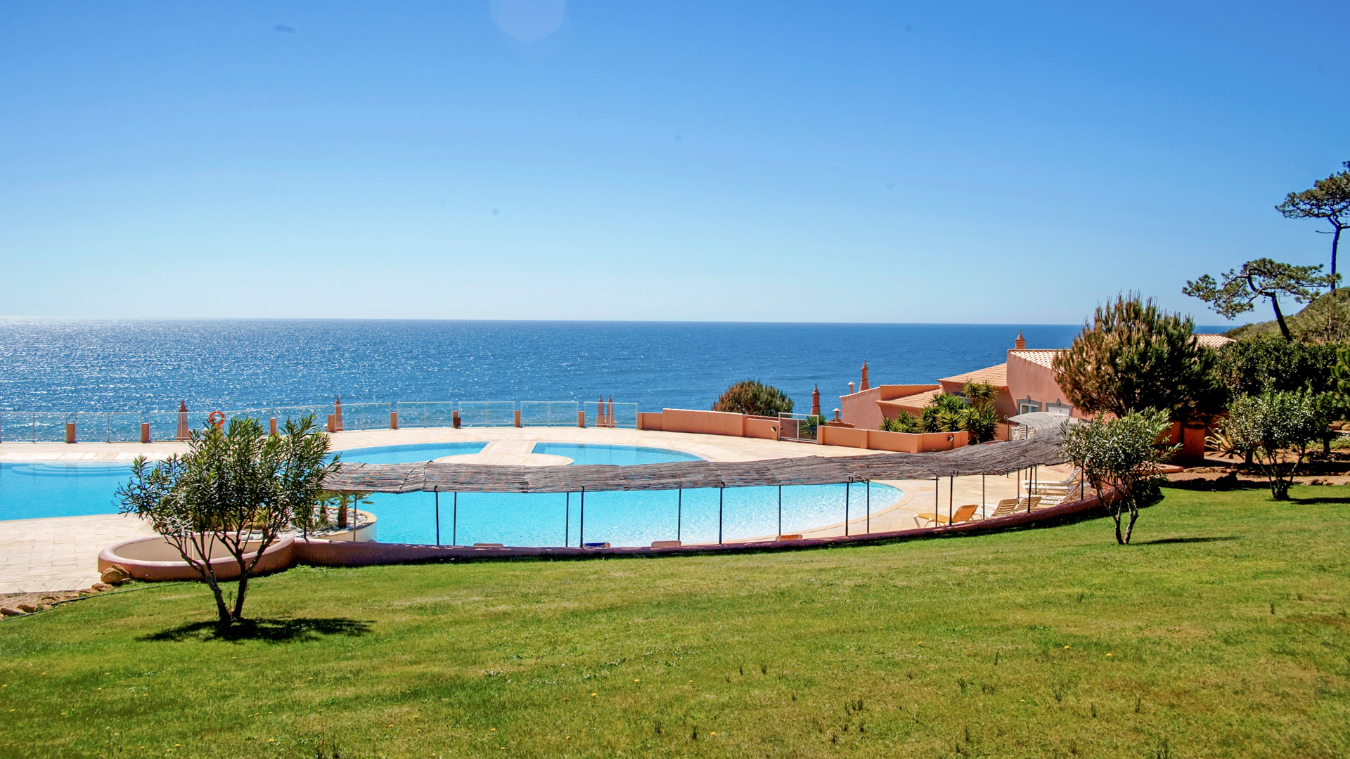 Front line apartments (T0 - T1) on a luxury development, Praia da Luz | S829