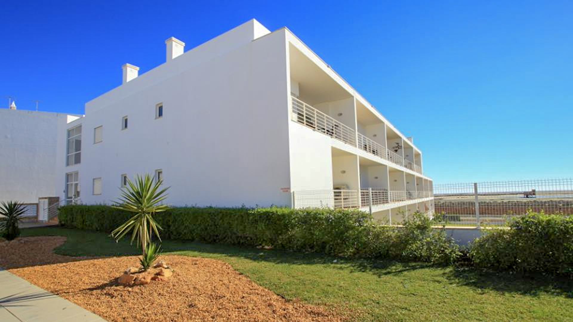 Quality 2 Bedroom Apartment in Fuzeta, Close to Olhão with Sea Views | S2665