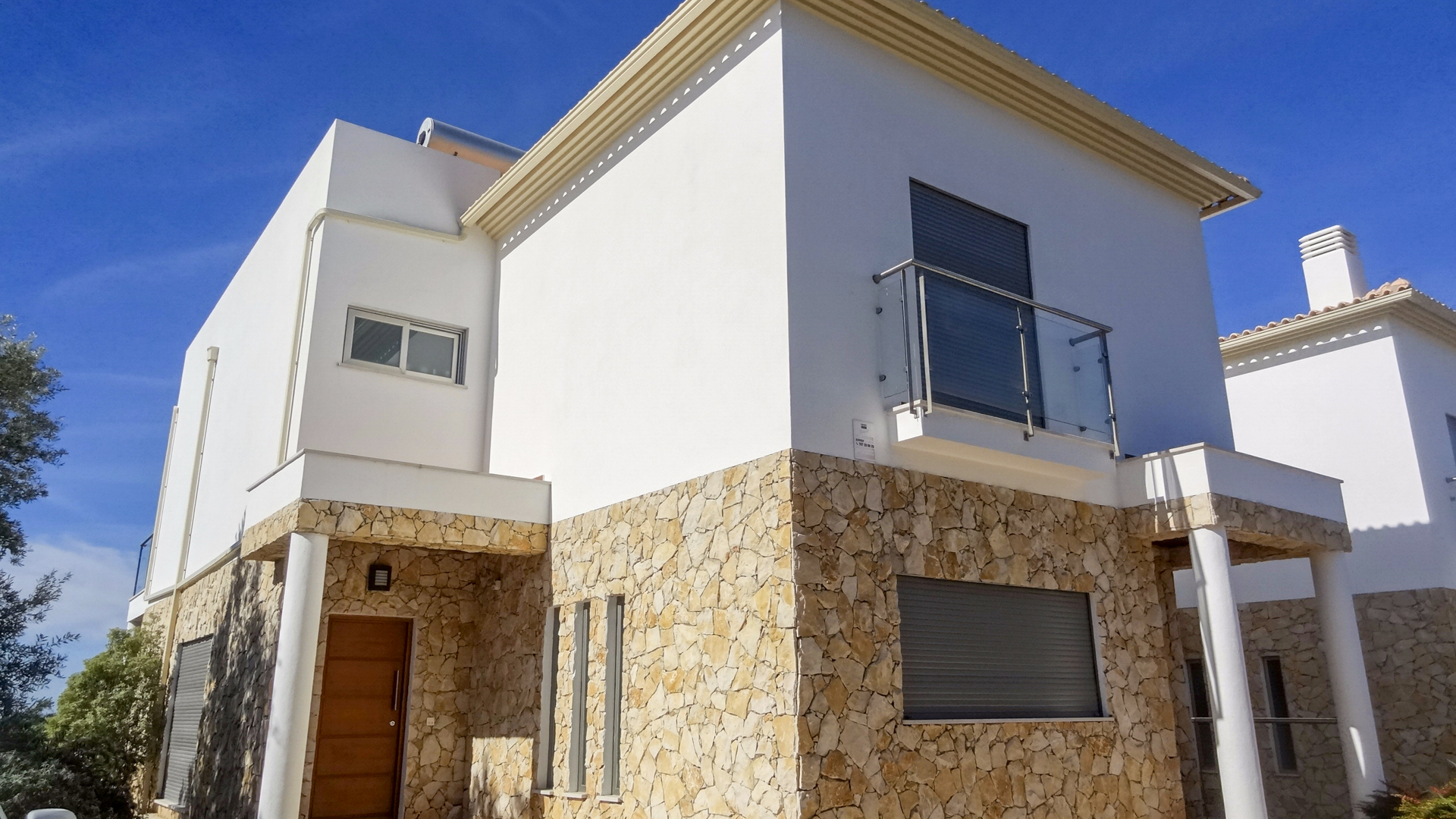 Modern Newly Built 4 Bedroom Villas with Sea Views, Albufeira | S5034 Modern 4 bedroom villas with infinity pool and landscaped garden, in Albufeira. Due to their elevated position, the villas have amazing panoramic sea views. Great for permanent living or holidays.