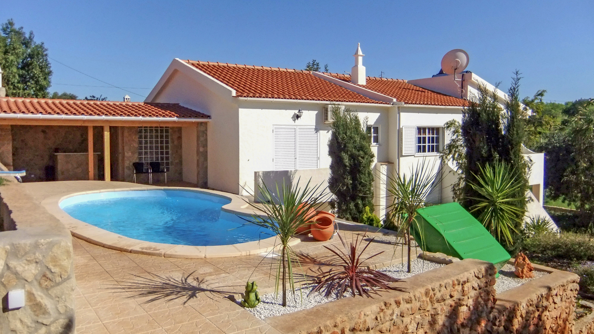 3 Bedroom Villa with Pool, Stables, Paddocks and Sea Views near Albufeira | S5054 3 bedroom villa in a quiet location with wonderful sea views, near Albufeira. The property has a pool, basement, stables, paddocks and easy to maintain gardens. It is also close to beaches and amenities.