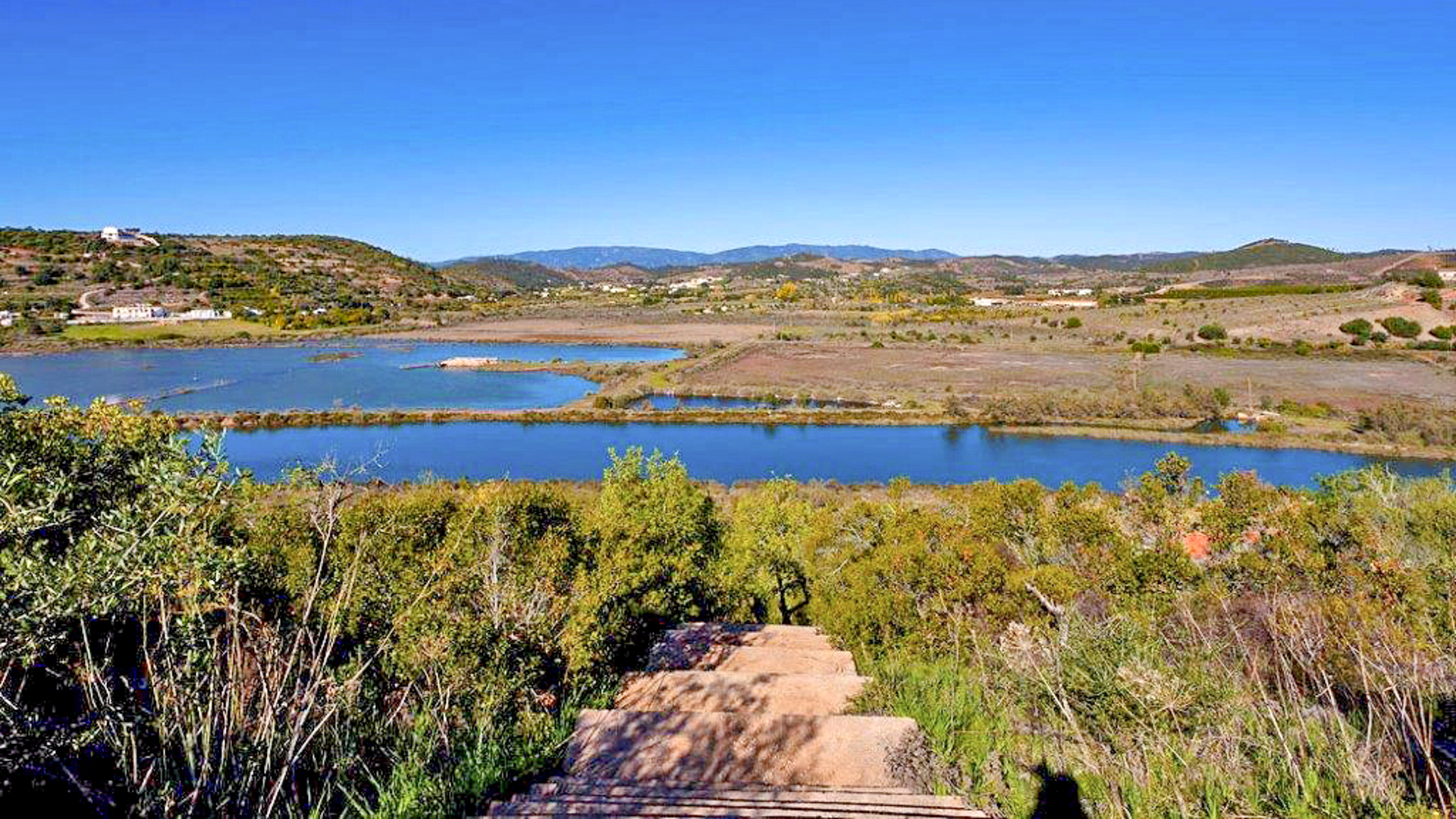 Silves, Algarve. Fabulous riverside plot with permission to build | S1867 Large plot with over 7000m² on the riverside, with permission to build. The plot has beautiful sea and countryside views ans is located close to Silves with all amenities.