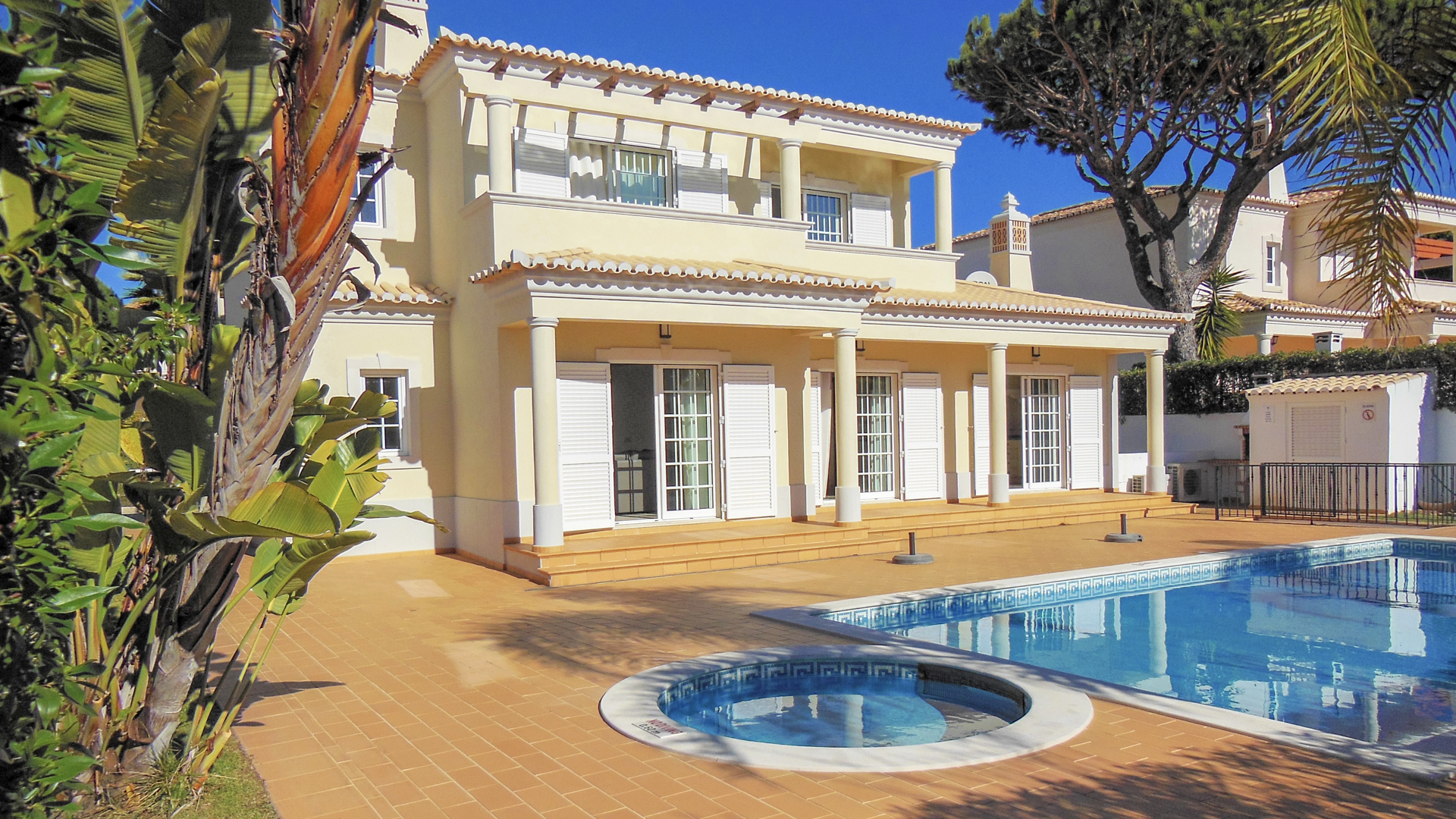 4 bedroom villa with pool, Varandas do Lago | SRB132 This 4 bedroom detached villa is located in Varandas do Lago, Golden Triangle. It has a private pool, a big living area, quality construction and finishings and a fully equipped kitchen.