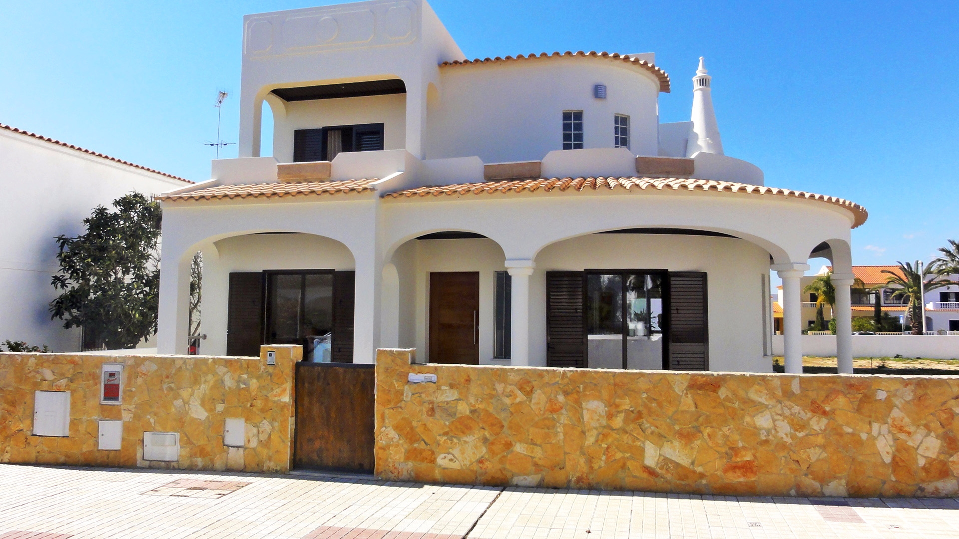 Modern 4 bedroom villa near the sea and Ria Formosa, Olhao | S1701 4 bedroom villa in a quiet area close to all amenities. It is very spacious and bright and has a large basement and roof terrace. Perfect for holidays or permanent living. In Olhão.