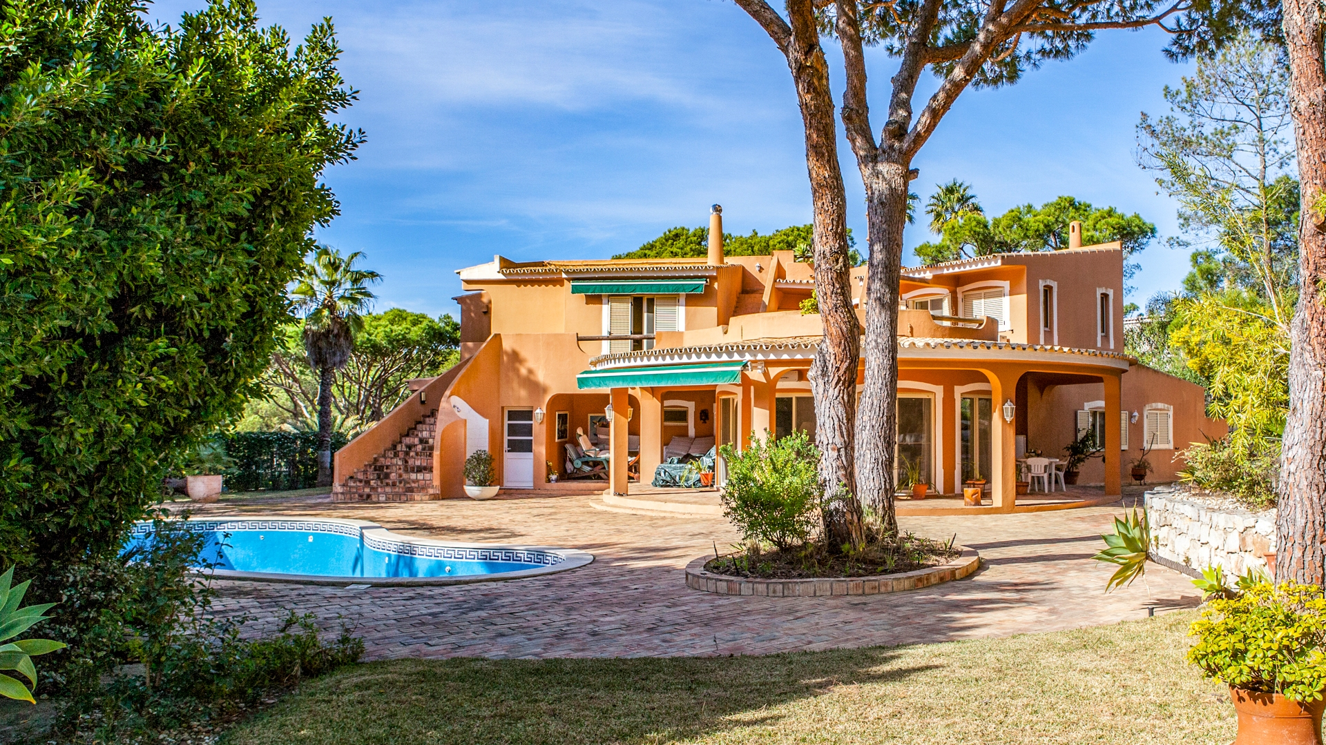 Fully refurbished Moorish style property in Quinta do Lago | PRB221 4 bedroom moorish style villa with pool in Quinta do Lago, Golden Triangle. It is located close to the beach, amenities and golf. It has also a beautiful landscaped garden.