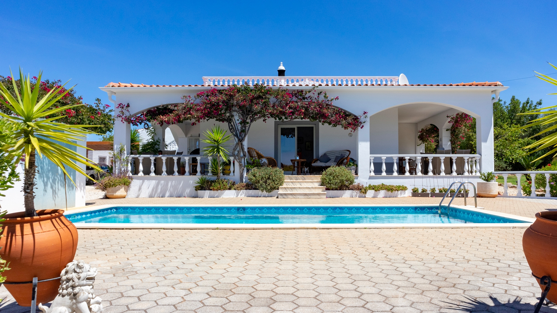 Renovated 4 bedroom Villa with pool and tennis court, between Silves and São Bartolomeu de Messines | 523 This south-facing, single-story villa is surrounded by greenery and is located only a short drive from Silves and São Bartolomeu de Messines, as well as the beaches.