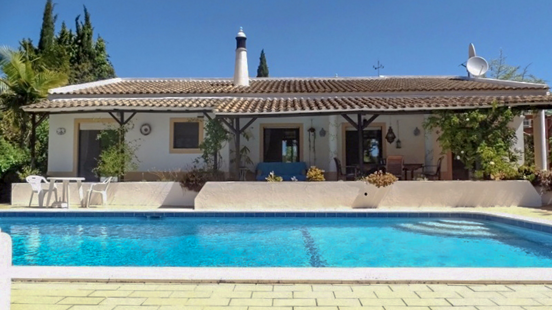 3 bedroom house with pool and beautiful gardens near Algoz | S2810