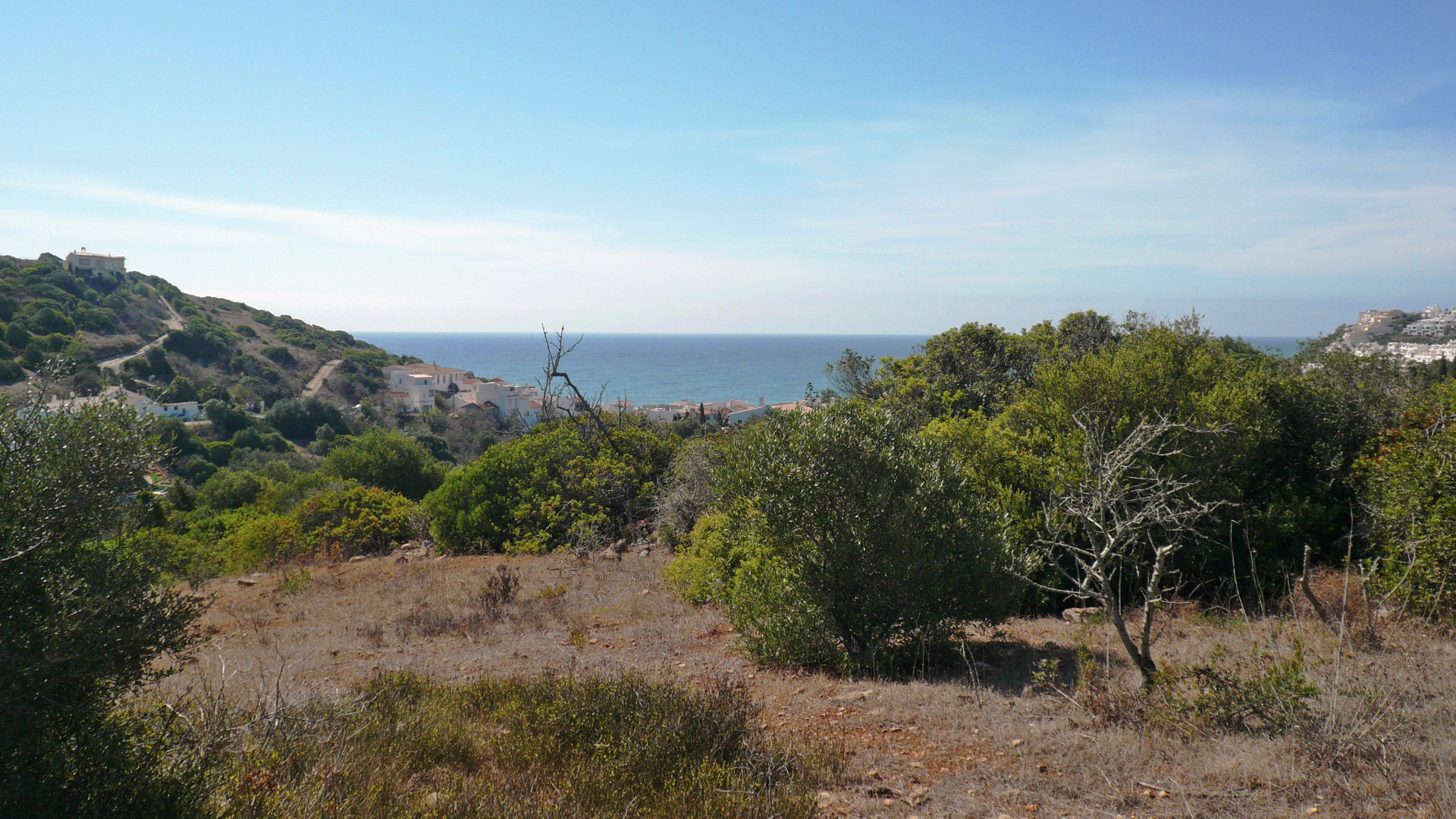 Elevated plot of 2.240m²  in Salema - West Algarve | S859 Unique opportunity to purchase this generous plot of 2.240m² set in an elevated hillside position in Salema. This position provides spectacular views over the countryside towards Salema and the Atlantic Ocean.
