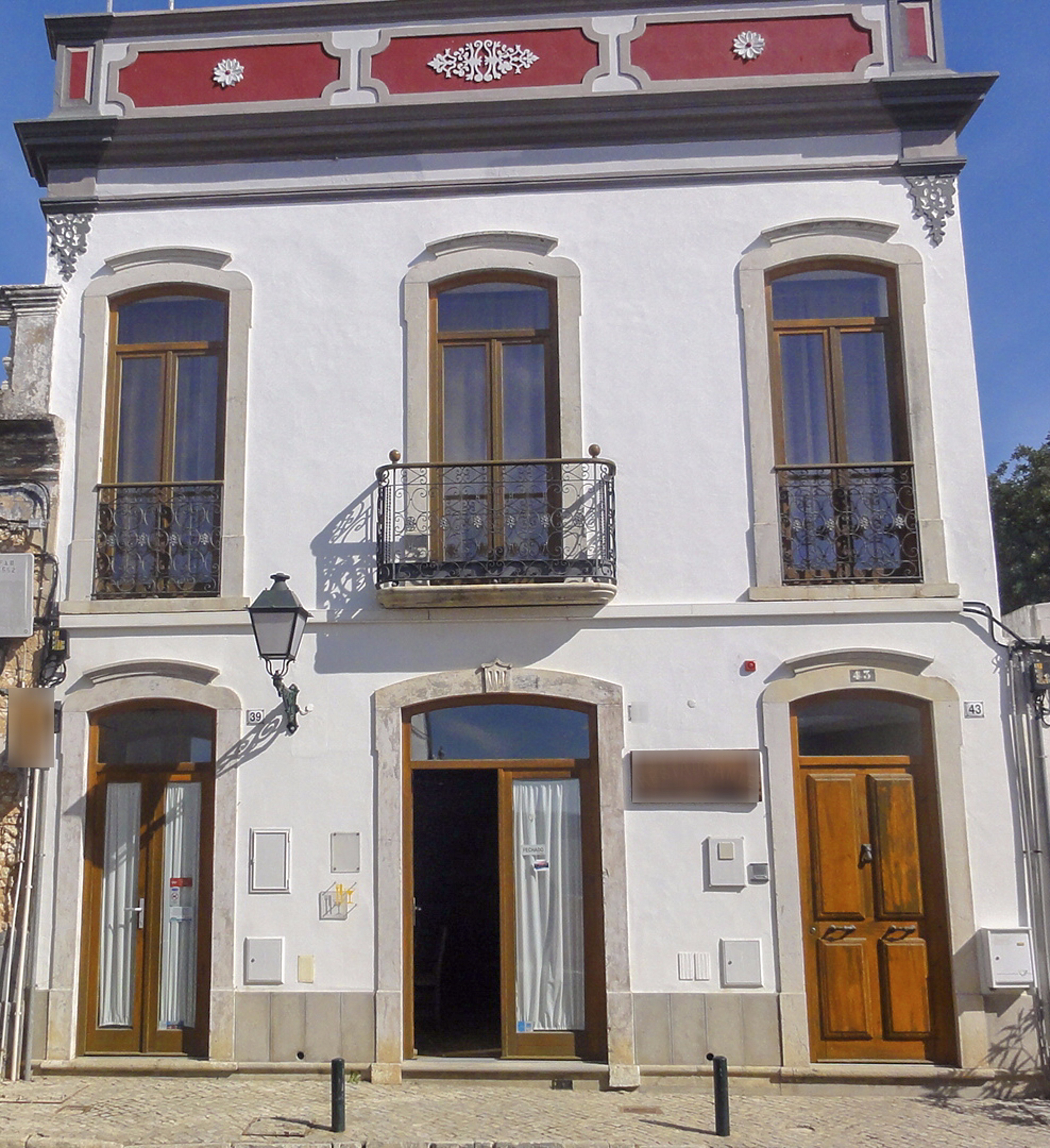 Attractive business idea with accommodation in Estoi, East Algarve | SB1177 Great business opportunity - restaurant with 53 seats, with all equipment. On top, there are two independent apartments, renovated and with large terraces. Only a few minutes from the Pousada de Estoi.